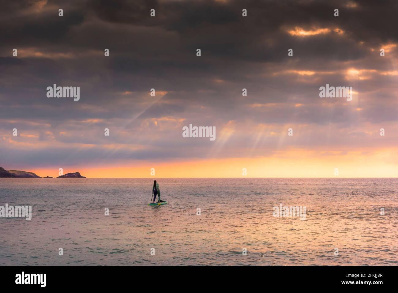 Une femelle se trouve sur la mer à Fistral, à Newquay, en Cornouailles. Banque D'Images