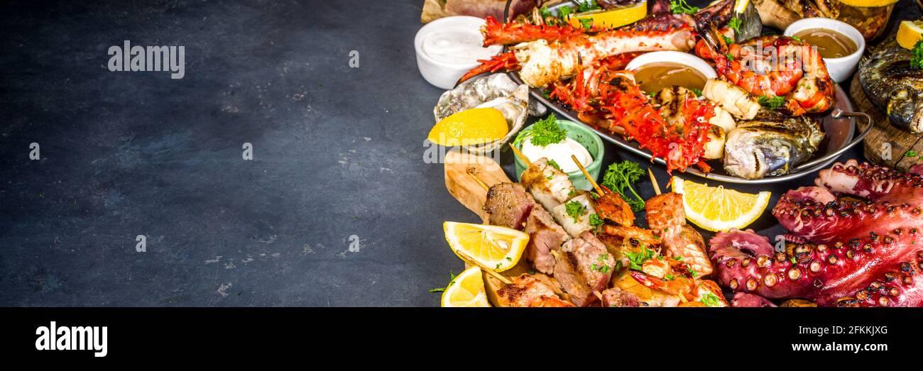 Assortiment divers barbecue cuisine méditerranéenne - poisson, pieuvre, crevettes, crabe, fruits de mer, moules, repas d'été barbecue fête, avec kebab, sauces, Banque D'Images