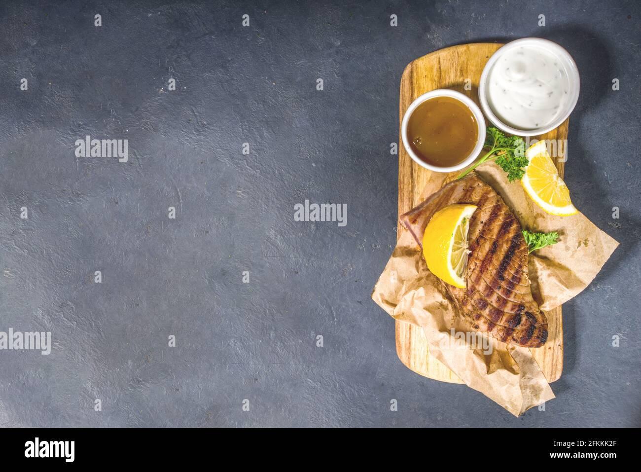 Steaks de thon grillé aux épices et au citron, concept fod de Keto Diet au barbecue Banque D'Images