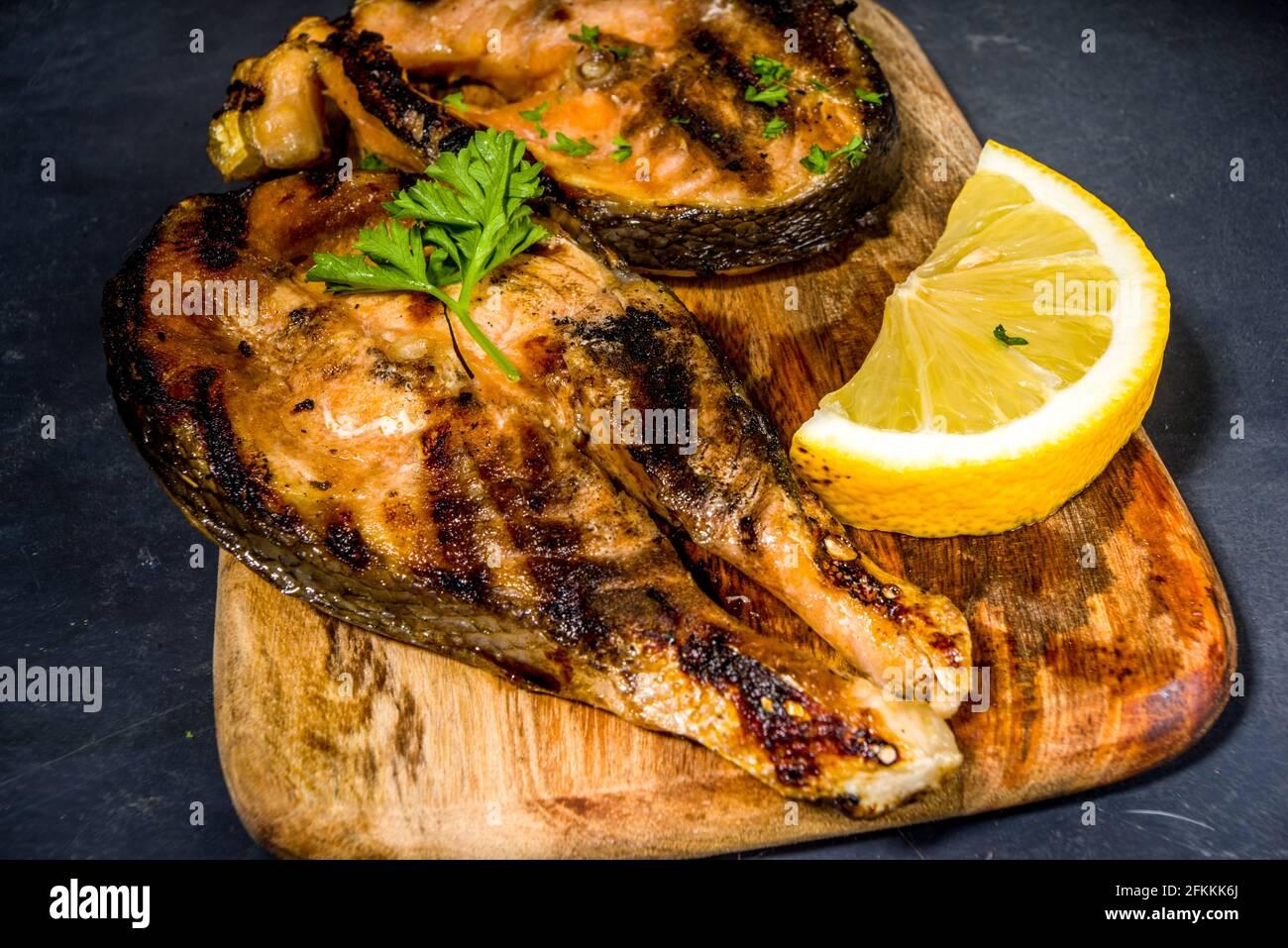 Steaks de saumon grillé aux épices et au citron, concept fod de Keto Diet au barbecue Banque D'Images