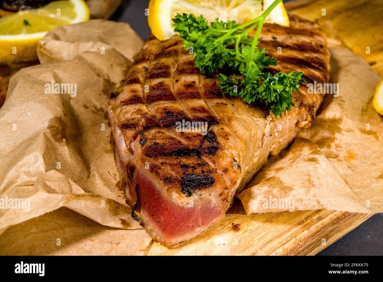 Steak de thon grillé aux épices et au citron, concept de fod pour le keto-Diet au barbecue Banque D'Images