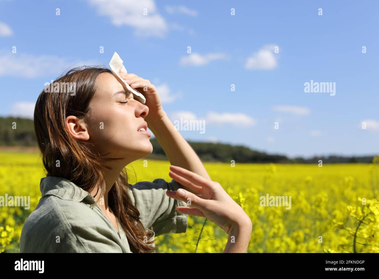 Vue latérale d'une femme stressée souffrant d'un coup de chaleur en vacances d'été Banque D'Images