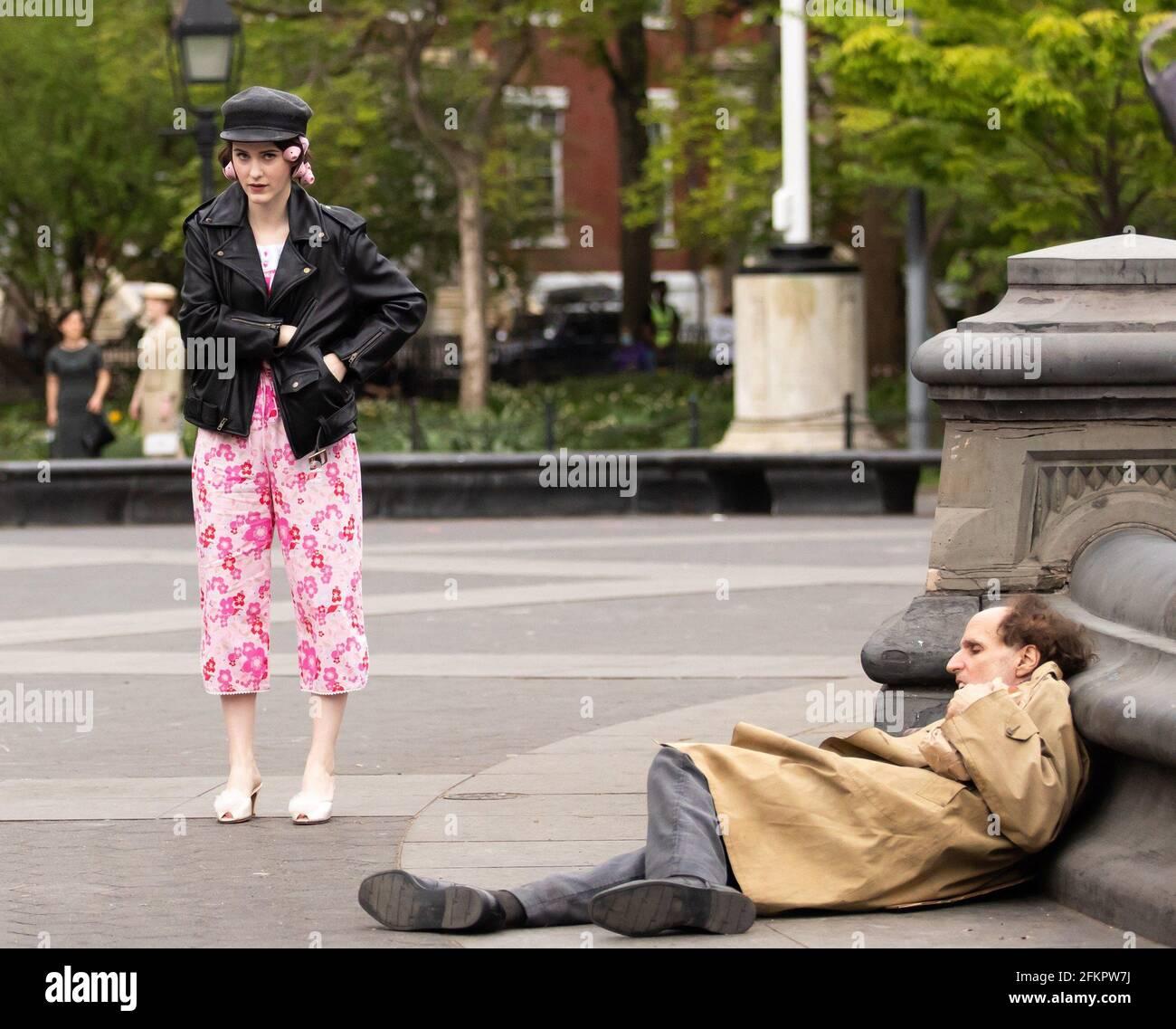 New York, NY, États-Unis. 29 avril 2021. Rachel Brosnahan pour LA MERVEILLEUSE MME. MAISEL tournage sur place, Washington Square Park, New York, NY 29 avril 2021. Crédit : RCF/Collection Everett/Alamy Live News Banque D'Images