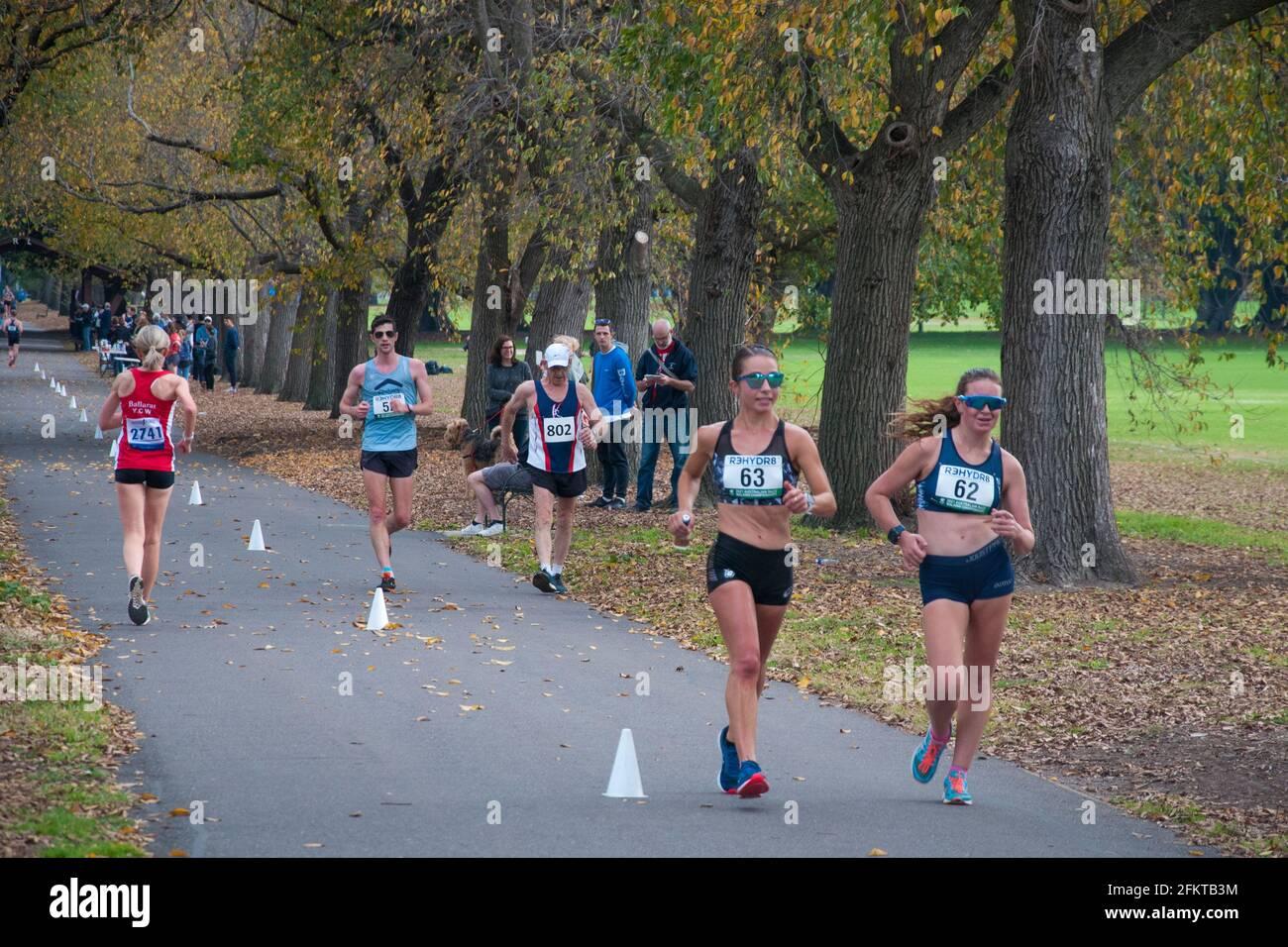 Les marcheurs de course concourent sur un parcours de 20 km autour de Fawkner Park, Melbourne, dimanche 2 mai 2021 Banque D'Images