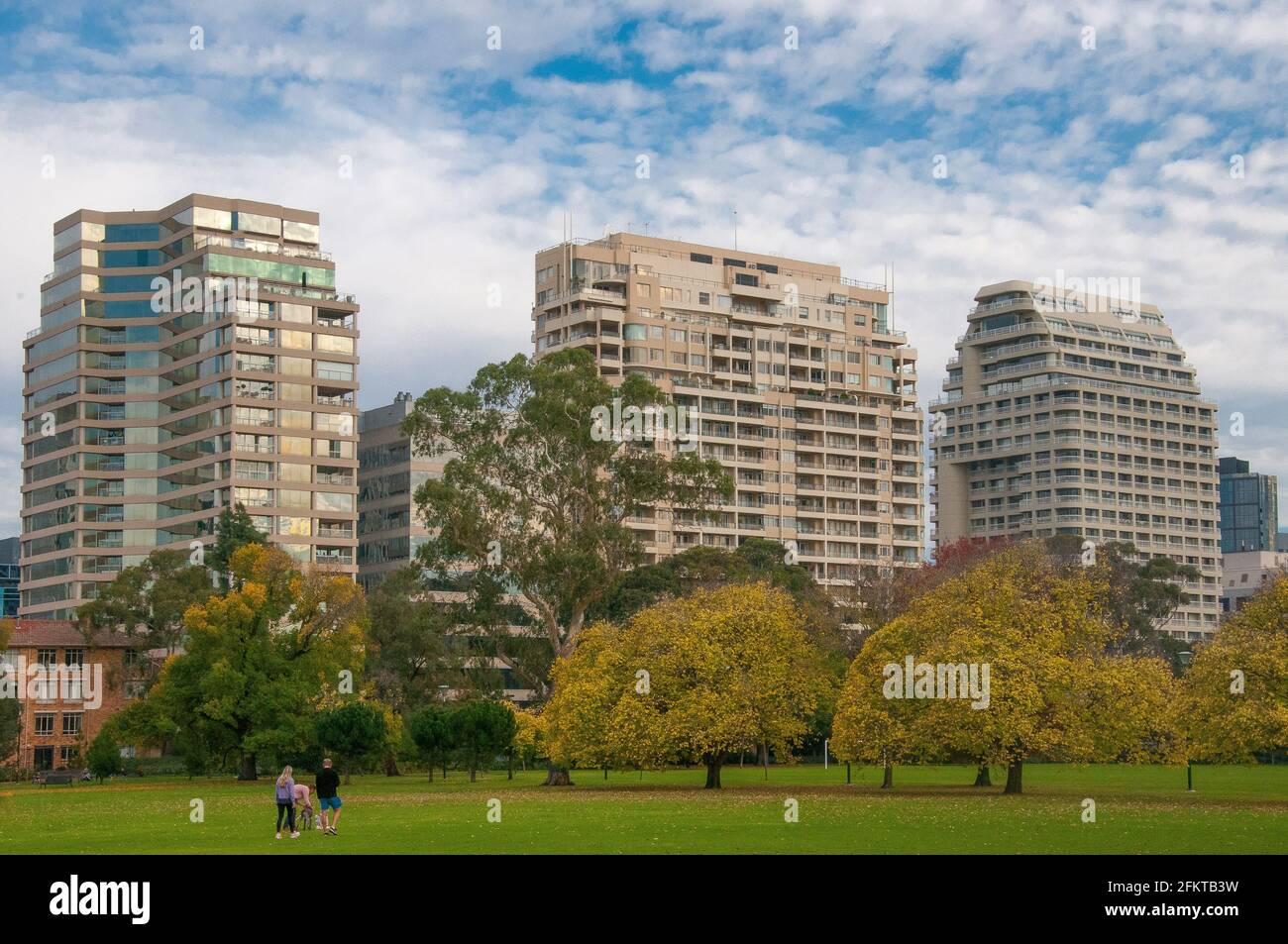 Les appartements de St Kilda Road donnent sur Fawkner Park, Melbourne Banque D'Images
