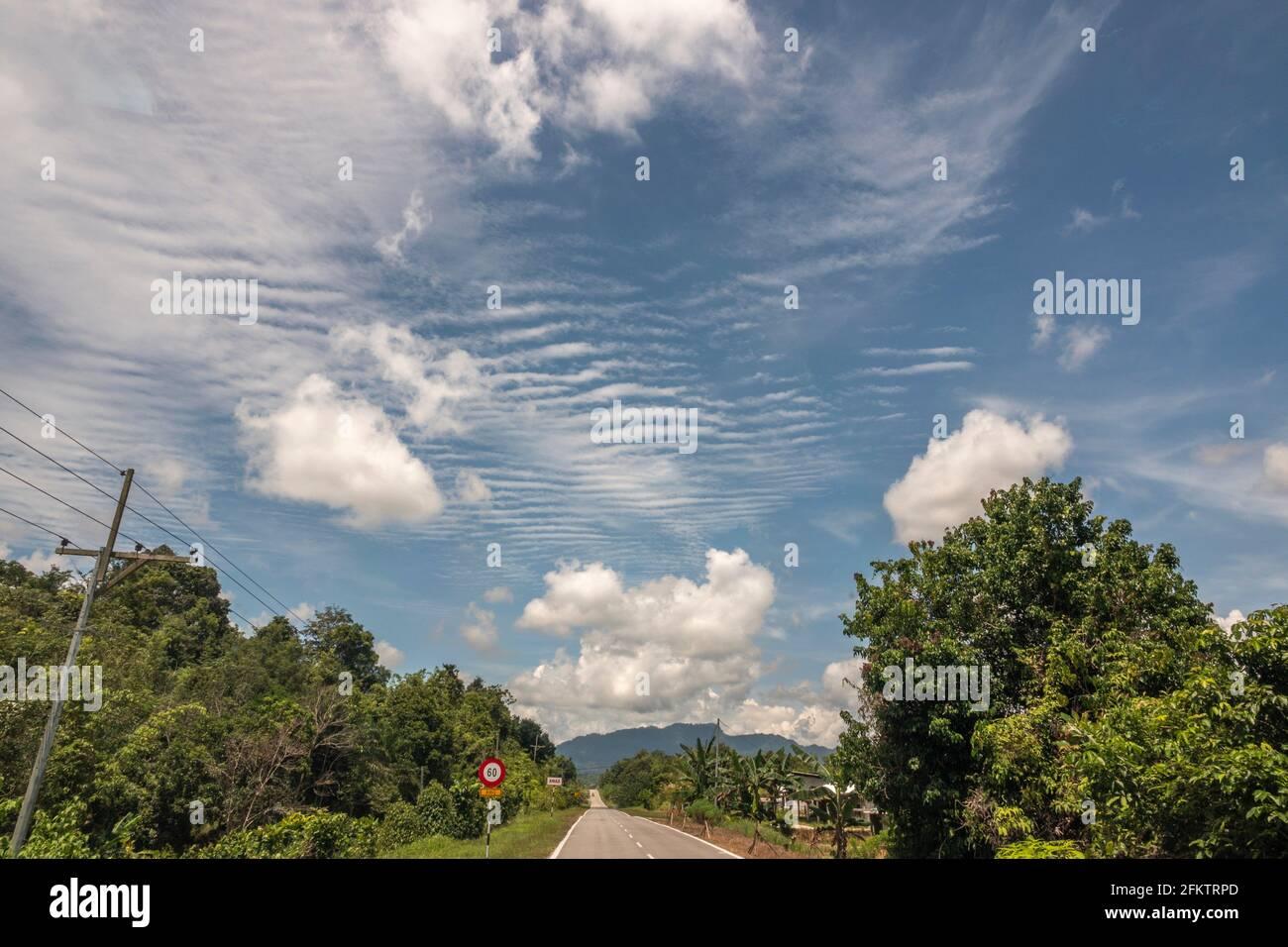 Ciel bleu et nuages à Kampung Amo, Serian, Sarawak, Malaisie orientale Banque D'Images