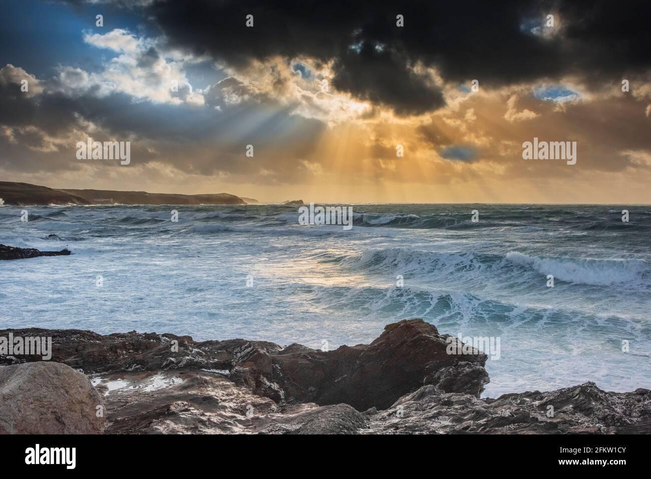 Rayons crépusculaires du soleil couchant sur la baie de Fistral à Newquay, en Cornouailles. Banque D'Images