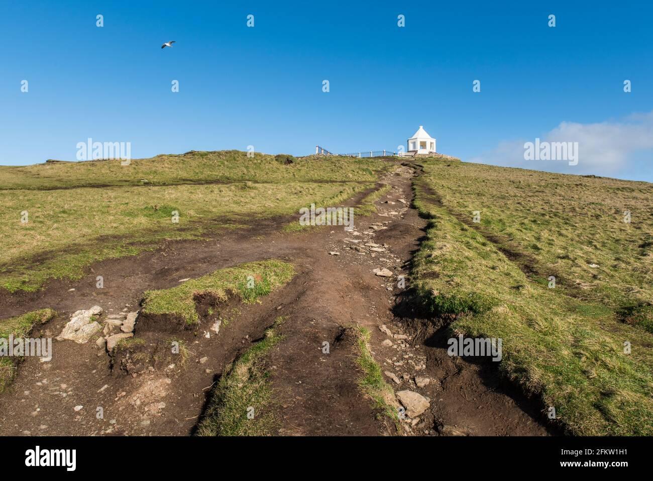 Le sentier érodé et endommagé menant au bâtiment d'observation sur le sommet de Towan Head à Newquay, dans les Cornouailles. Banque D'Images