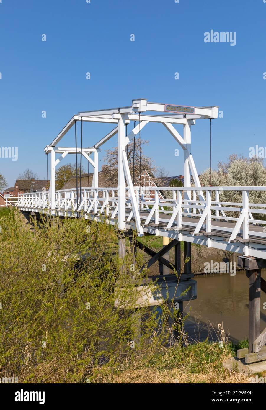 Pont en bois traversant la rivière Lühe dans la région d'Altes Land of Basse-Saxe Banque D'Images