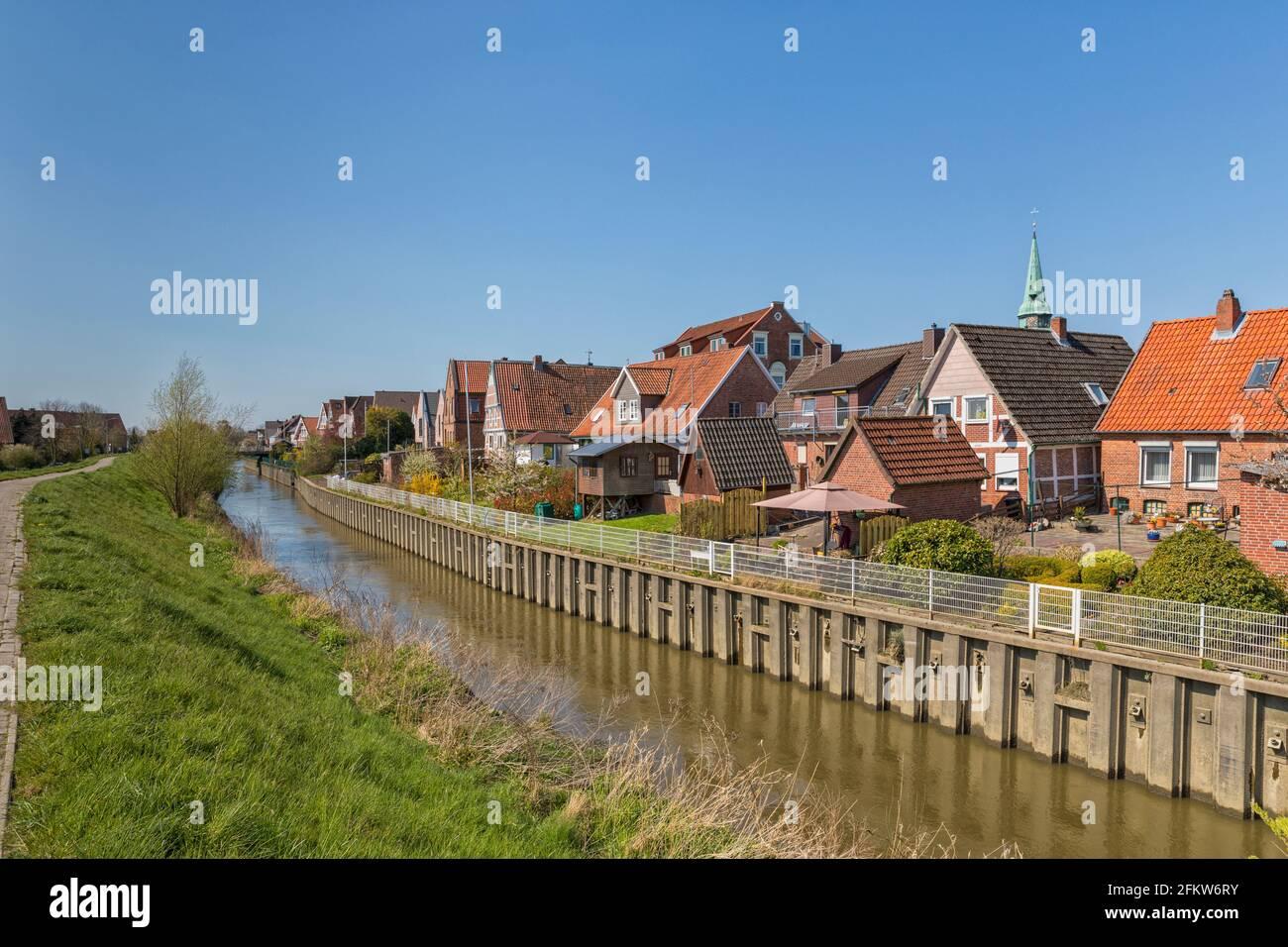 La rivière Lühe traverse le village de Steinkirchen dans la région des Altes de Basse-Saxe, Gemany Banque D'Images