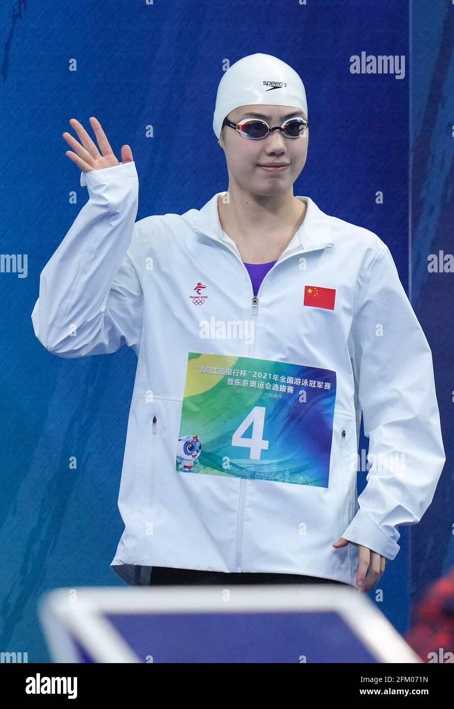 Qingdao, Chine. 5 mai 2021. Zhang Yufei, de Jiangsu, fait la vague devant les spectateurs avant la finale féminine de 200 m de papillon aux Championnats nationaux de natation chinois 2021 à Qingdao, en Chine orientale, le 5 mai 2021. Credit: Xu Chang/Xinhua/Alay Live News Banque D'Images