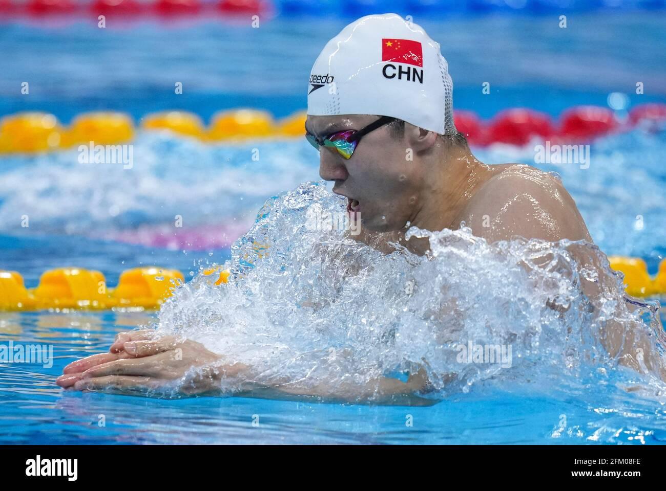Qingdao, Chine. 5 mai 2021. Yan Zibei de Hubei participe à la finale masculine de 200m de brasse aux Championnats nationaux chinois de natation 2021 à Qingdao, en Chine orientale, le 5 mai 2021. Credit: Xu Chang/Xinhua/Alay Live News Banque D'Images
