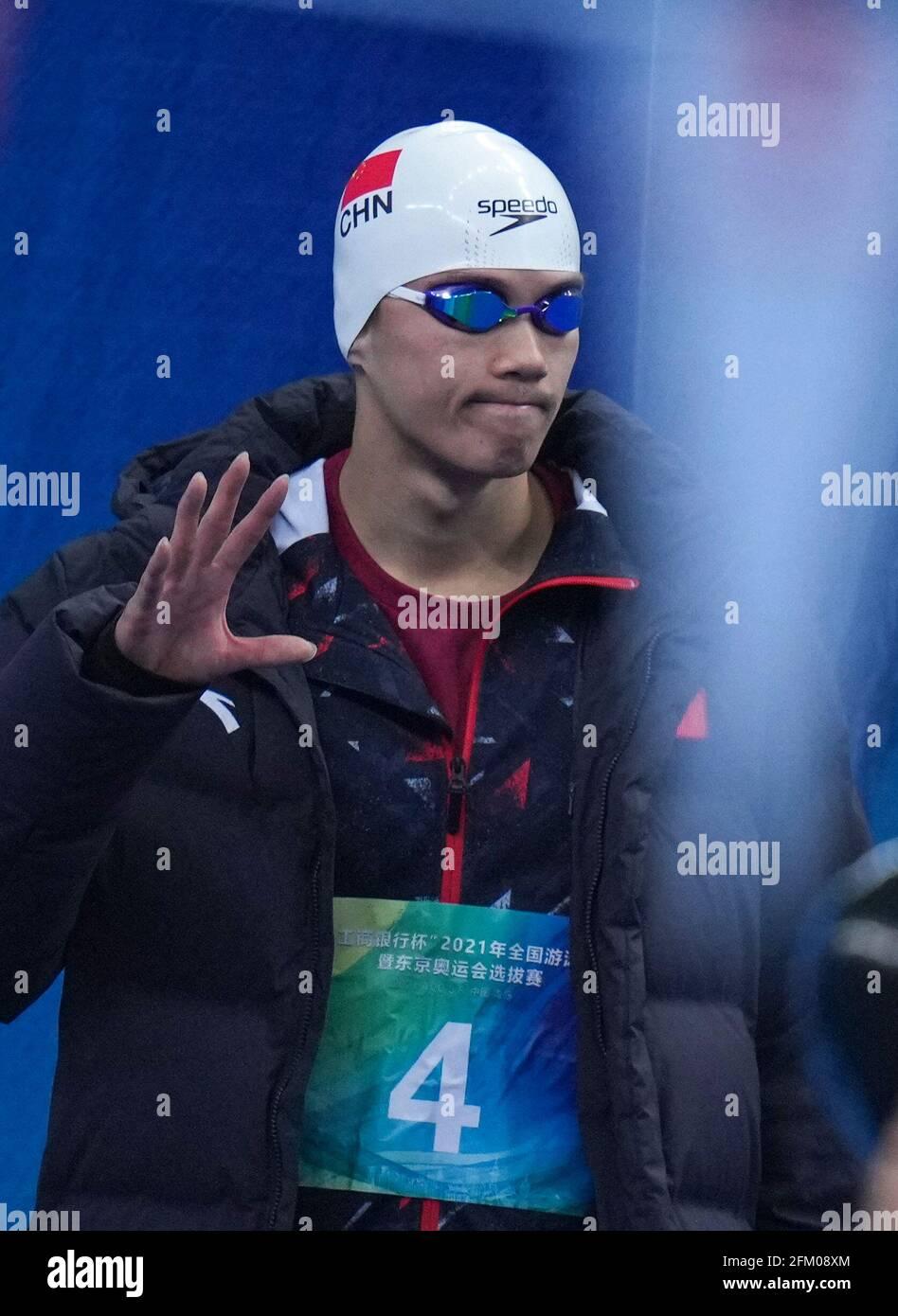 Qingdao, Chine. 5 mai 2021. Wang Shun de Zhejiang vagues avant le medley individuel de 200 m hommes à la semi-finale aux Championnats nationaux de natation chinois 2021 à Qingdao, Chine orientale, le 5 mai 2021. Credit: Xu Chang/Xinhua/Alay Live News Banque D'Images