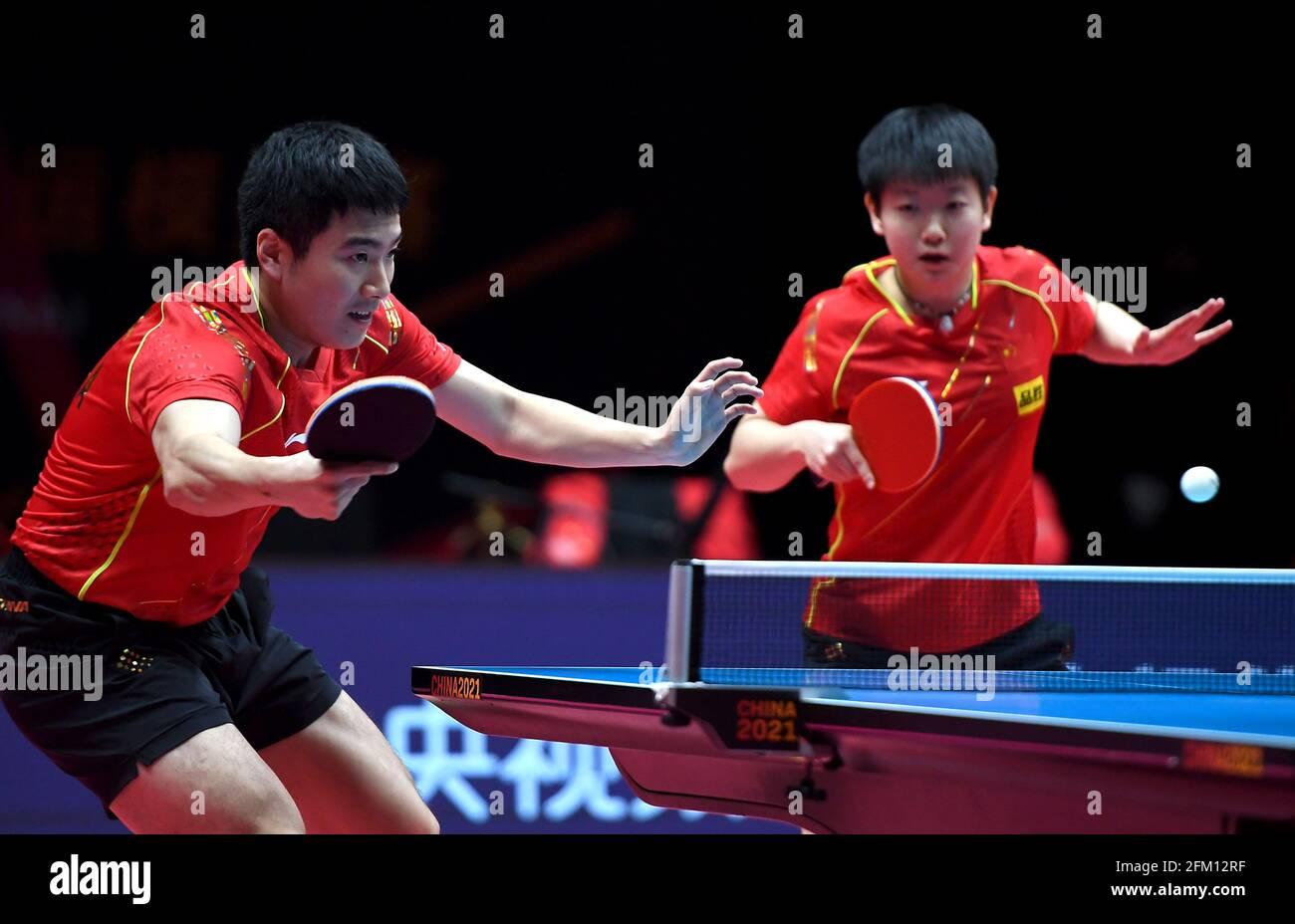Xinxiang, province chinoise du Henan. 5 mai 2021. Liang Jingkun (L)/Sun Yingsha se disputent le quart de finale mixte de doubles entre Liang Jingkun/Sun Yingsha et Zhu Linfeng/Zhu Yuling au WTT (World Table tennis) Grand smashes Trial and Olympic Simulation de 2021 à Xinxiang, dans la province de Henan en Chine centrale, le 5 mai 2021. Credit: Li an/Xinhua/Alay Live News Banque D'Images