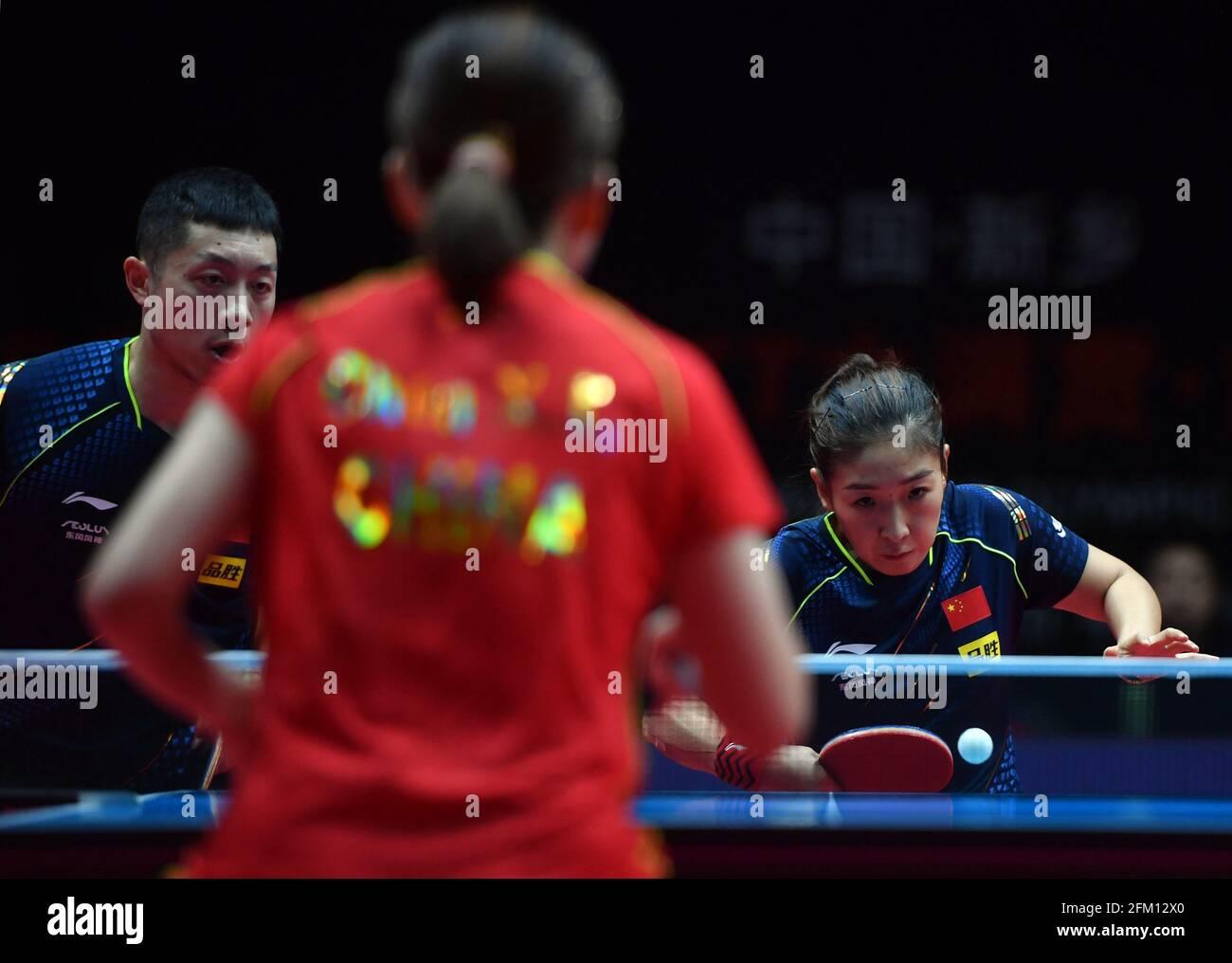 Xinxiang, province chinoise du Henan. 5 mai 2021. Xu Xin/Liu Shiwen (R) concourt lors du quart de finale mixte de doubles entre Xu Xin/Liu Shiwen et Zhou Yu/Chen Xingtong lors des essais de Grand smashes de WTT (World Table tennis) de 2021 et de la simulation olympique à Xinxiang, dans la province de Henan, au centre de la Chine, le 5 mai 2021. Credit: Li Jianan/Xinhua/Alamy Live News Banque D'Images