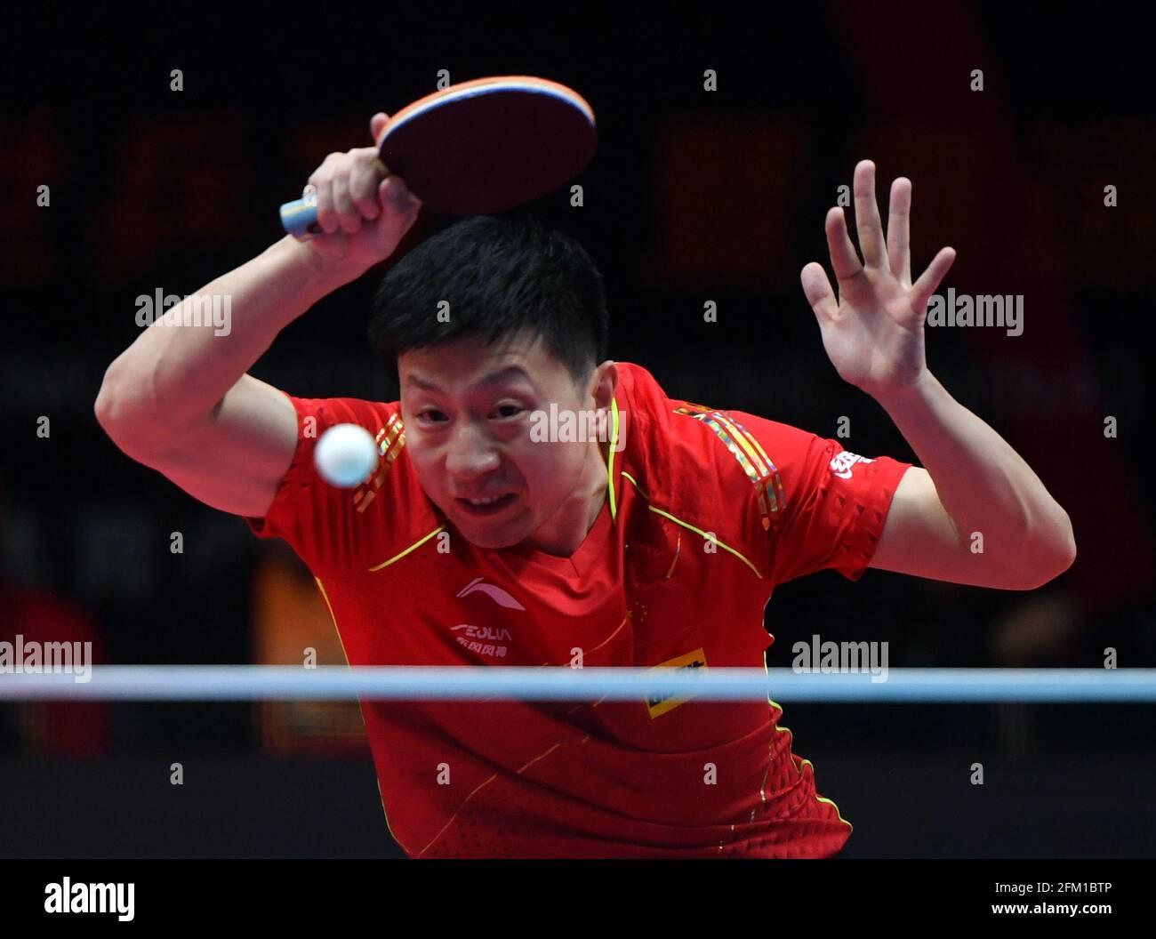 Xinxiang, province chinoise du Henan. 5 mai 2021. Ma long retourne le ballon pendant le match des célibataires hommes contre Zhou Yu lors des essais de Grand smashes et de la simulation olympique de WTT (World Table tennis) 2021 à Xinxiang, dans la province du Henan, dans le centre de la Chine, le 5 mai 2021. Credit: Li Jianan/Xinhua/Alamy Live News Banque D'Images