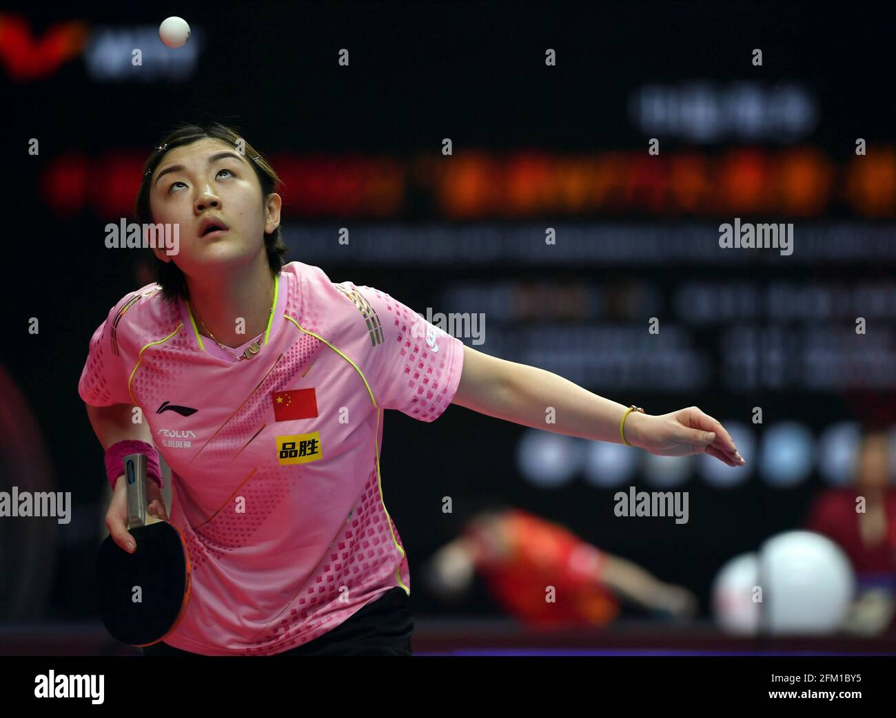 Xinxiang, province chinoise du Henan. 5 mai 2021. Chen Meng sert le ballon lors de la quart-finale des femmes célibataires contre Liu FEI lors des essais de Grand smashes de WTT (World Table tennis) 2021 et de la simulation olympique à Xinxiang, dans la province de Henan, dans le centre de la Chine, le 5 mai 2021. Credit: Li Jianan/Xinhua/Alamy Live News Banque D'Images