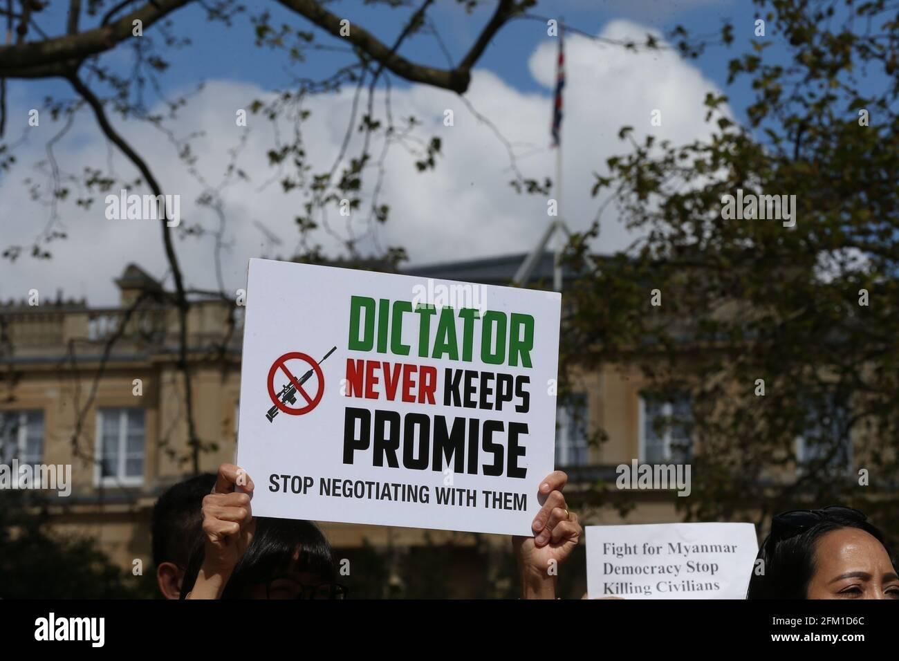 Londres, Angleterre, Royaume-Uni. 5 mai 2021. Des membres de la diaspora birmane à Londres ont organisé une manifestation à l'extérieur de Lancaster House, dans le centre de Londres, où les ministres des Affaires étrangères du G7 se sont réunis. Les manifestants ont appelé les États membres du G7 à prendre des mesures contre le régime militaire du Myanmar qui a pris le contrôle du pays en février après un coup d'État. Credit: Tayfun Salci/ZUMA Wire/Alay Live News Banque D'Images