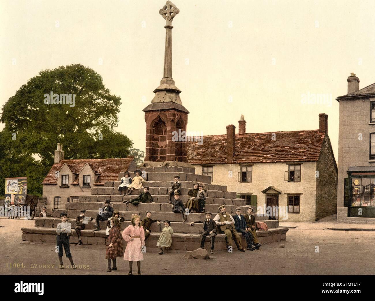 Le village traverse à Lydney dans Gloucestershire vers 1890-1900 Banque D'Images