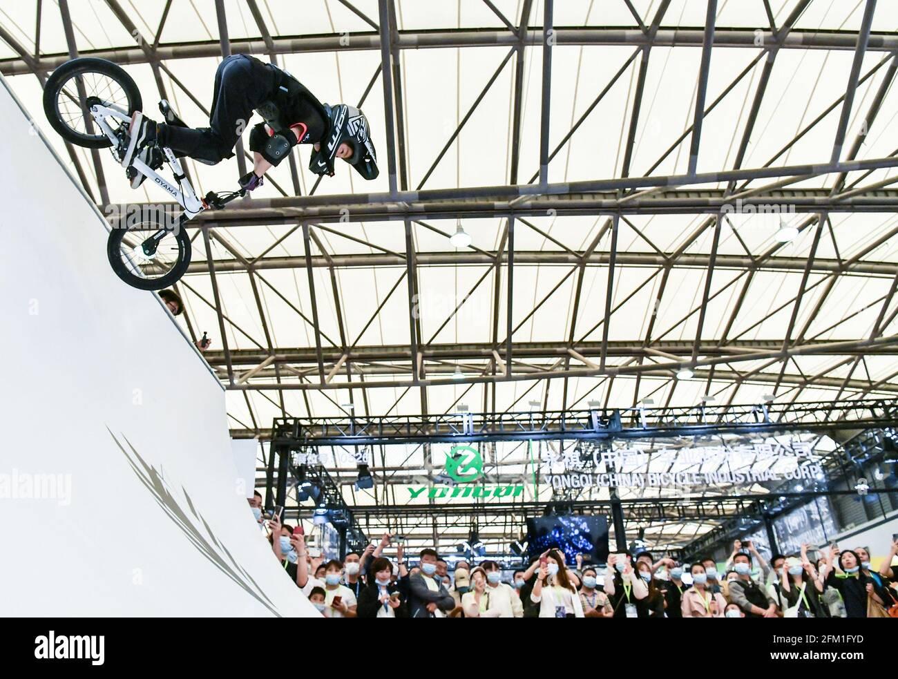 Shanghai. 5 mai 2021. Un jeune cycliste affiche des cascades de vélo pendant la 30e China International Bicycle Fair dans l'est de la Chine Shanghai, le 5 mai 2021. L'événement de quatre jours a débuté mercredi, attirant plus de 1,000 entreprises à y participer. Credit: Li He/Xinhua/Alay Live News Banque D'Images