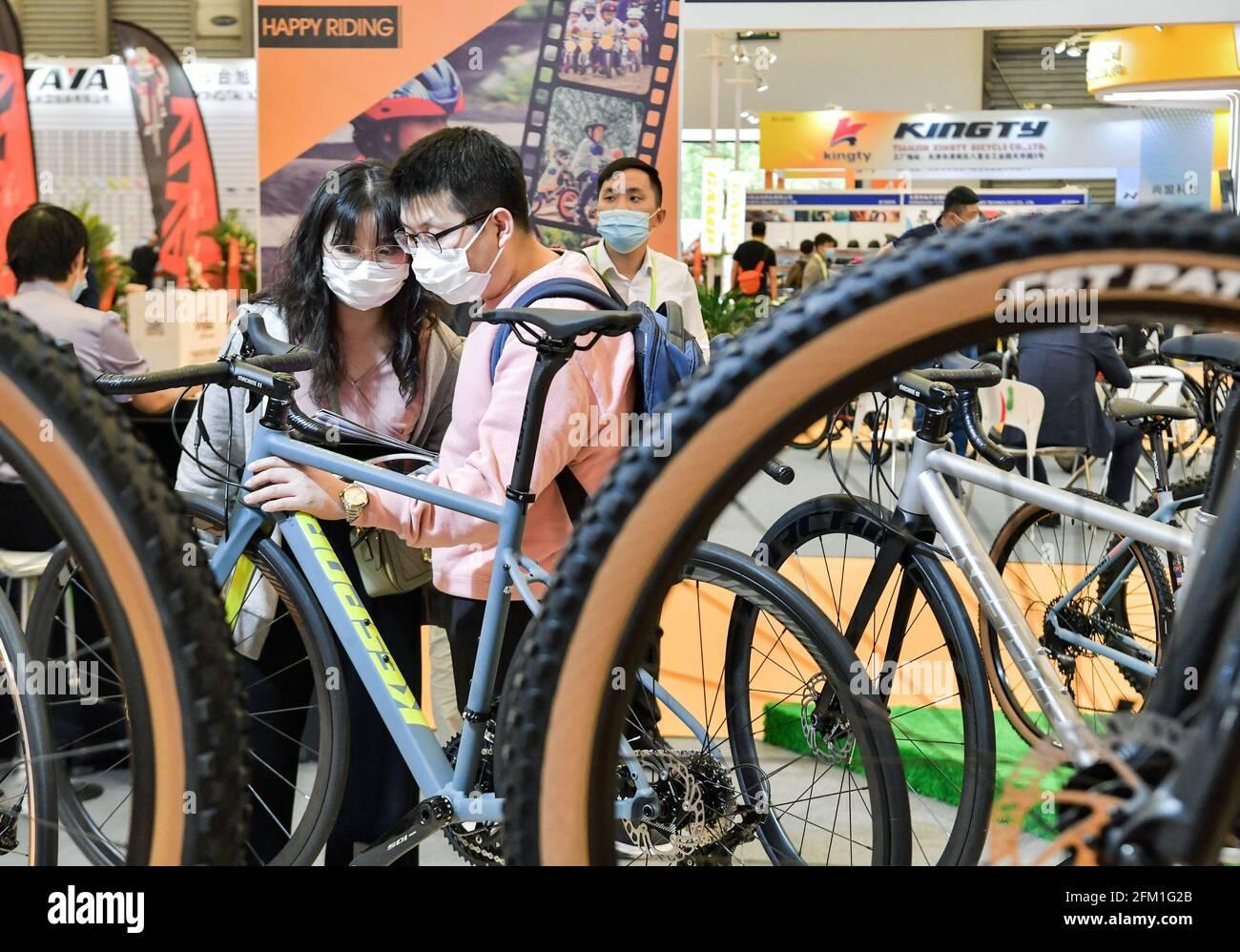 Shanghai. 5 mai 2021. Les visiteurs voient les bicyclettes lors de la 30e foire internationale des bicyclettes en Chine orientale à Shanghai, le 5 mai 2021. L'événement de quatre jours a débuté mercredi, attirant plus de 1,000 entreprises à y participer. Credit: Li He/Xinhua/Alay Live News Banque D'Images