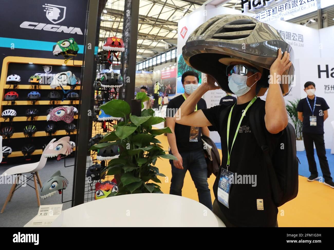 Shanghai. 5 mai 2021. Un visiteur tente un casque modèle grand lors de la 30e China International Bicycle Fair dans l'est de la Chine Shanghai, le 5 mai 2021. L'événement de quatre jours a débuté mercredi, attirant plus de 1,000 entreprises à y participer. Credit: Fang Zhe/Xinhua/Alay Live News Banque D'Images