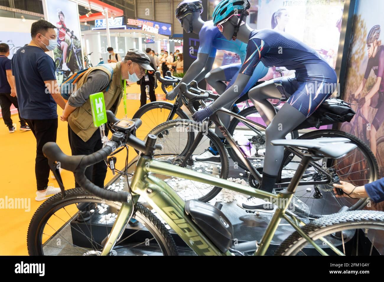 Shanghai. 5 mai 2021. Les visiteurs voient les bicyclettes lors de la 30e foire internationale des bicyclettes en Chine orientale à Shanghai, le 5 mai 2021. L'événement de quatre jours a débuté mercredi, attirant plus de 1,000 entreprises à y participer. Credit: CAI Yang/Xinhua/Alay Live News Banque D'Images