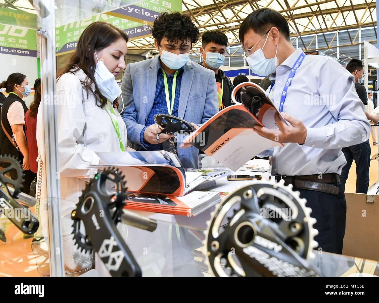 Shanghai. 5 mai 2021. Des clients étrangers négocient avec un exposant de vélo lors de la 30e China International Bicycle Fair dans l'est de la Chine Shanghai, le 5 mai 2021. L'événement de quatre jours a débuté mercredi, attirant plus de 1,000 entreprises à y participer. Credit: Li He/Xinhua/Alay Live News Banque D'Images