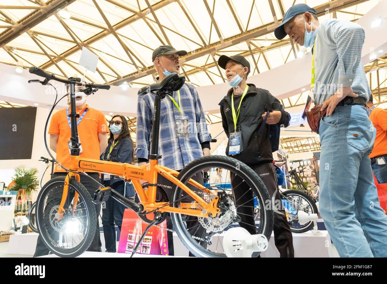 Shanghai. 5 mai 2021. Les visiteurs parlent d'un vélo pliant lors de la 30e China International Bicycle Fair dans l'est de la Chine Shanghai, le 5 mai 2021. L'événement de quatre jours a débuté mercredi, attirant plus de 1,000 entreprises à y participer. Credit: CAI Yang/Xinhua/Alay Live News Banque D'Images