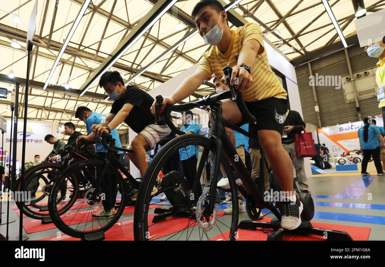 Shanghai. 5 mai 2021. Les visiteurs se rendent en vélo lors de la 30e foire internationale du vélo en Chine orientale à Shanghai, le 5 mai 2021. L'événement de quatre jours a débuté mercredi, attirant plus de 1,000 entreprises à y participer. Credit: Fang Zhe/Xinhua/Alay Live News Banque D'Images