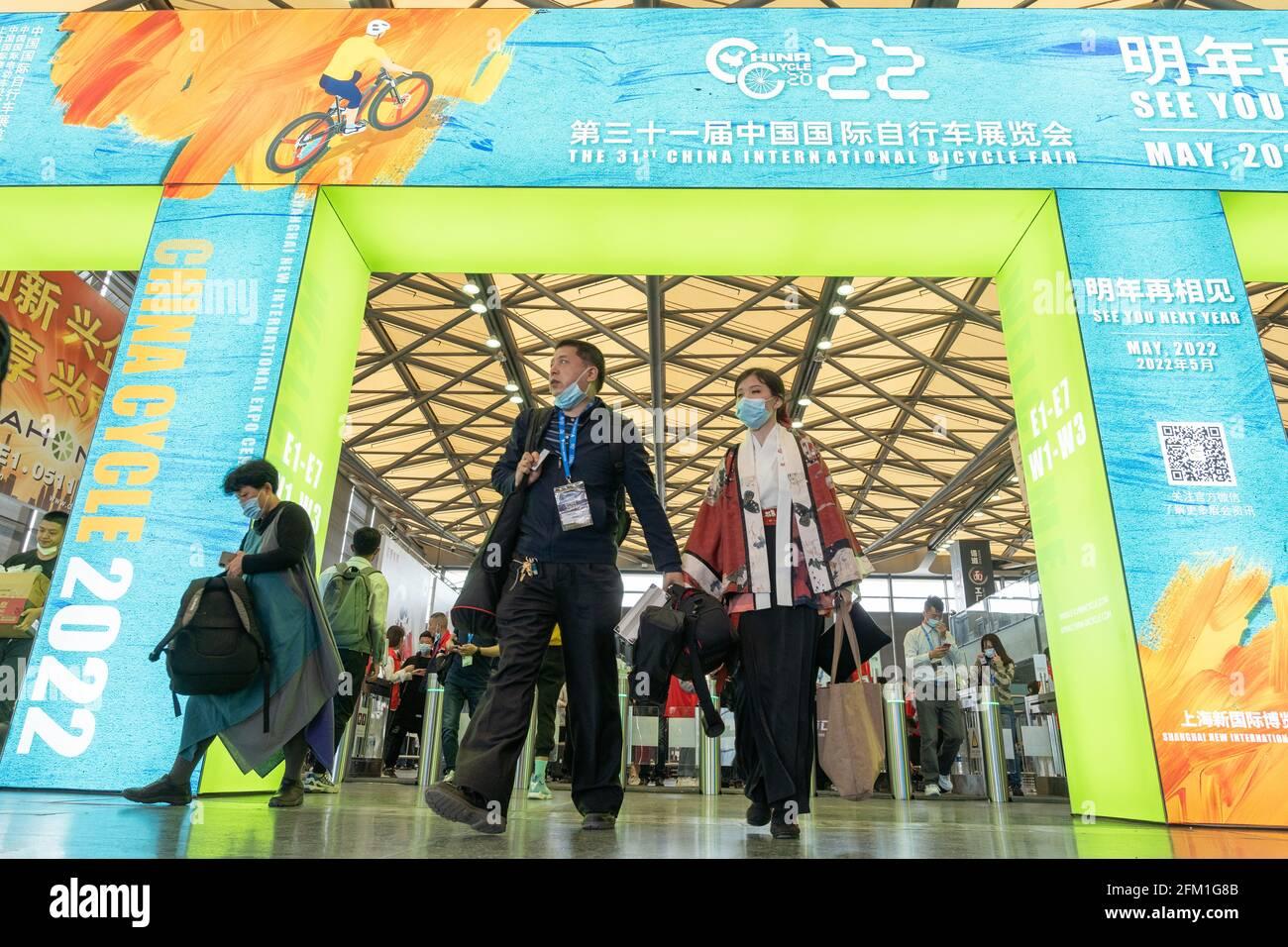 Shanghai, Shanghai en Chine. 5 mai 2021. Les visiteurs se promèchent dans le lieu où se tient la 30e China International Bicycle Fair, dans l'est de la Chine Shanghai, le 5 mai 2021. L'événement de quatre jours a débuté mercredi, attirant plus de 1,000 entreprises à y participer. Credit: CAI Yang/Xinhua/Alay Live News Banque D'Images