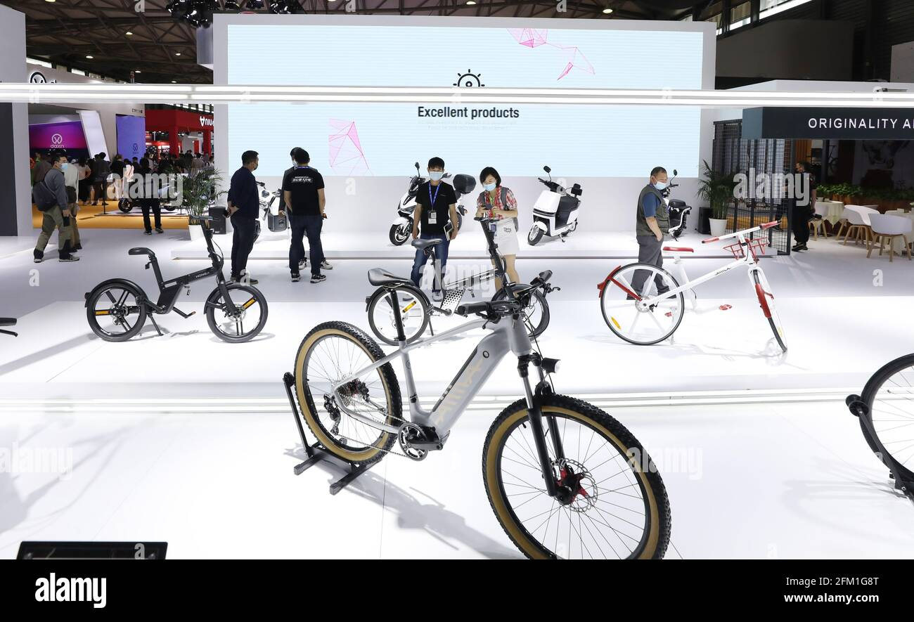 Shanghai. 5 mai 2021. Les visiteurs voient les bicyclettes lors de la 30e foire internationale des bicyclettes en Chine orientale à Shanghai, le 5 mai 2021. L'événement de quatre jours a débuté mercredi, attirant plus de 1,000 entreprises à y participer. Credit: Fang Zhe/Xinhua/Alay Live News Banque D'Images