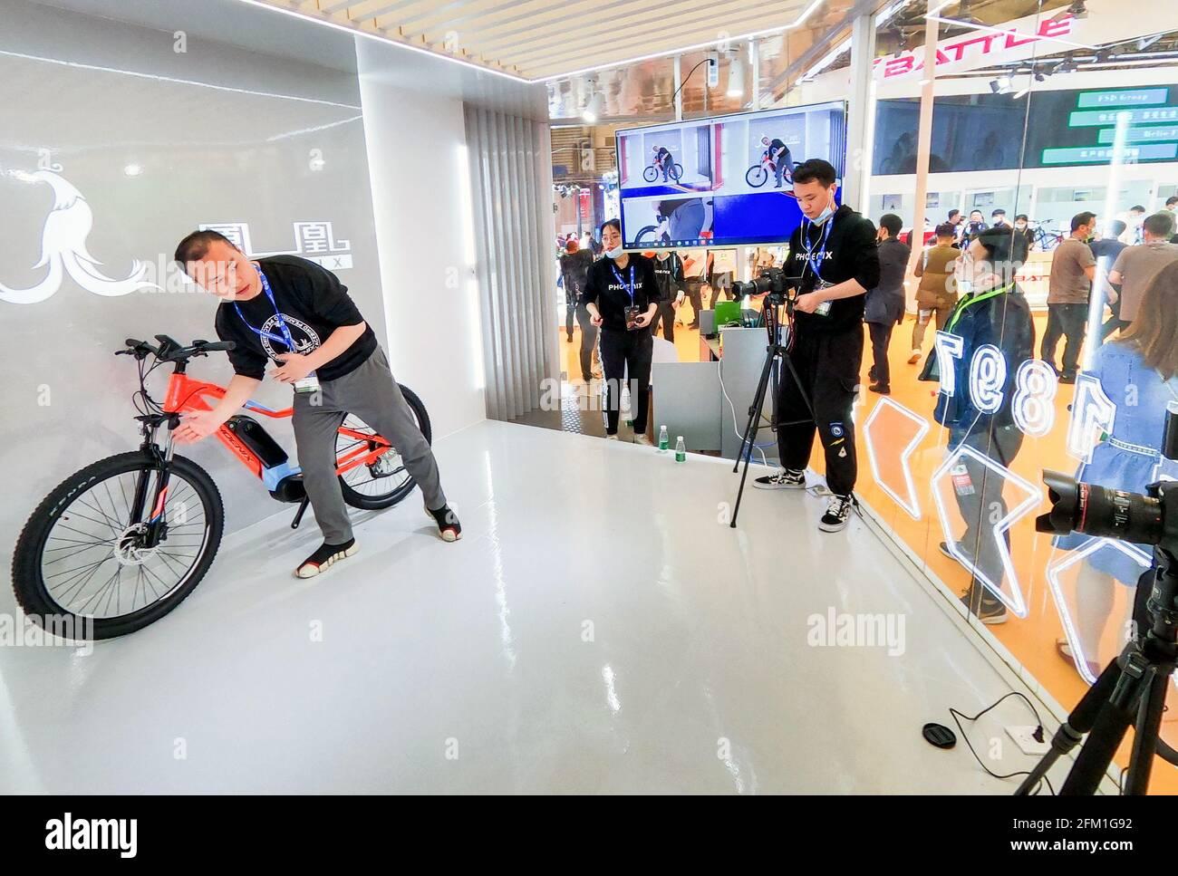 Shanghai. 5 mai 2021. Un membre du personnel présente un vélo en streaming lors de la 30e China International Bicycle Fair à Shanghai, en Chine orientale, le 5 mai 2021. L'événement de quatre jours a débuté mercredi, attirant plus de 1,000 entreprises à y participer. Credit: Li He/Xinhua/Alay Live News Banque D'Images