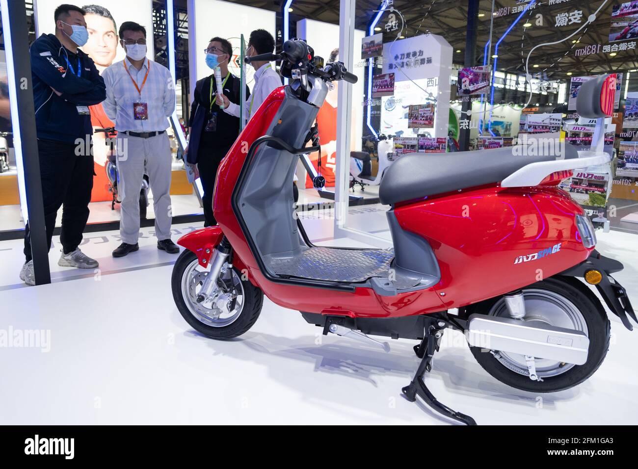 Shanghai. 5 mai 2021. Le personnel présente un vélo électrique lors de la 30e China International Bicycle Fair à Shanghai, en Chine orientale, le 5 mai 2021. L'événement de quatre jours a débuté mercredi, attirant plus de 1,000 entreprises à y participer. Credit: CAI Yang/Xinhua/Alay Live News Banque D'Images