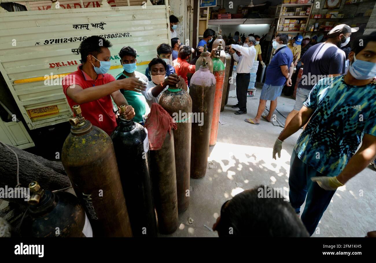 New Delhi, Inde. 5 mai 2021. Les gens attendent de remplir des bouteilles d'oxygène médical vides pour les patients COVID-19 devant un magasin à New Delhi, Inde, le 5 mai 2021. Credit: Partha Sarkar/Xinhua/Alamy Live News Banque D'Images