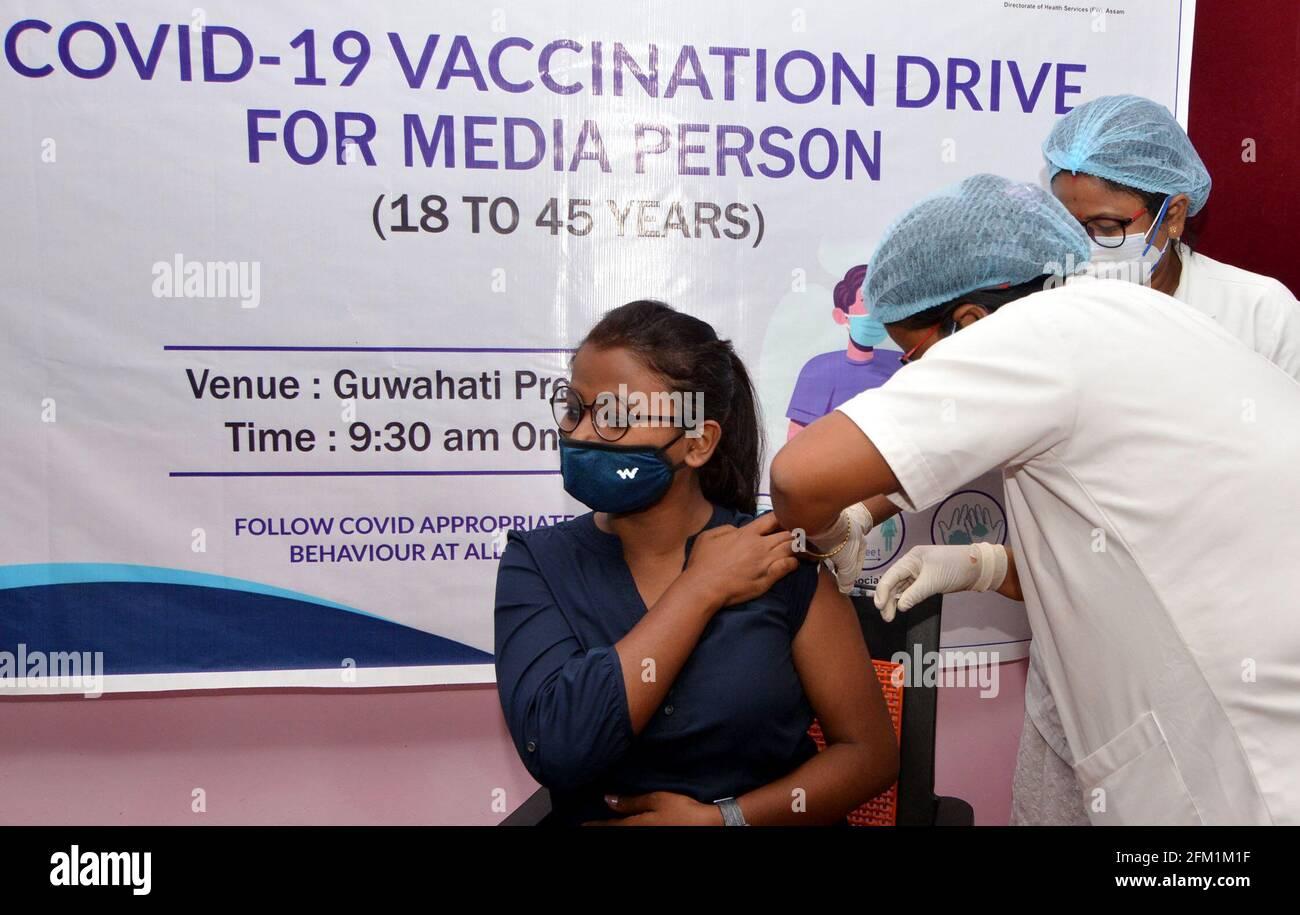 Guwahati, Inde. 5 mai 2021. Une femme reçoit une dose du vaccin COVID-19 lors d'une campagne de vaccination du personnel des médias à Guwahati, en Inde, le 5 mai 2021. Credit: STR/Xinhua/Alay Live News Banque D'Images