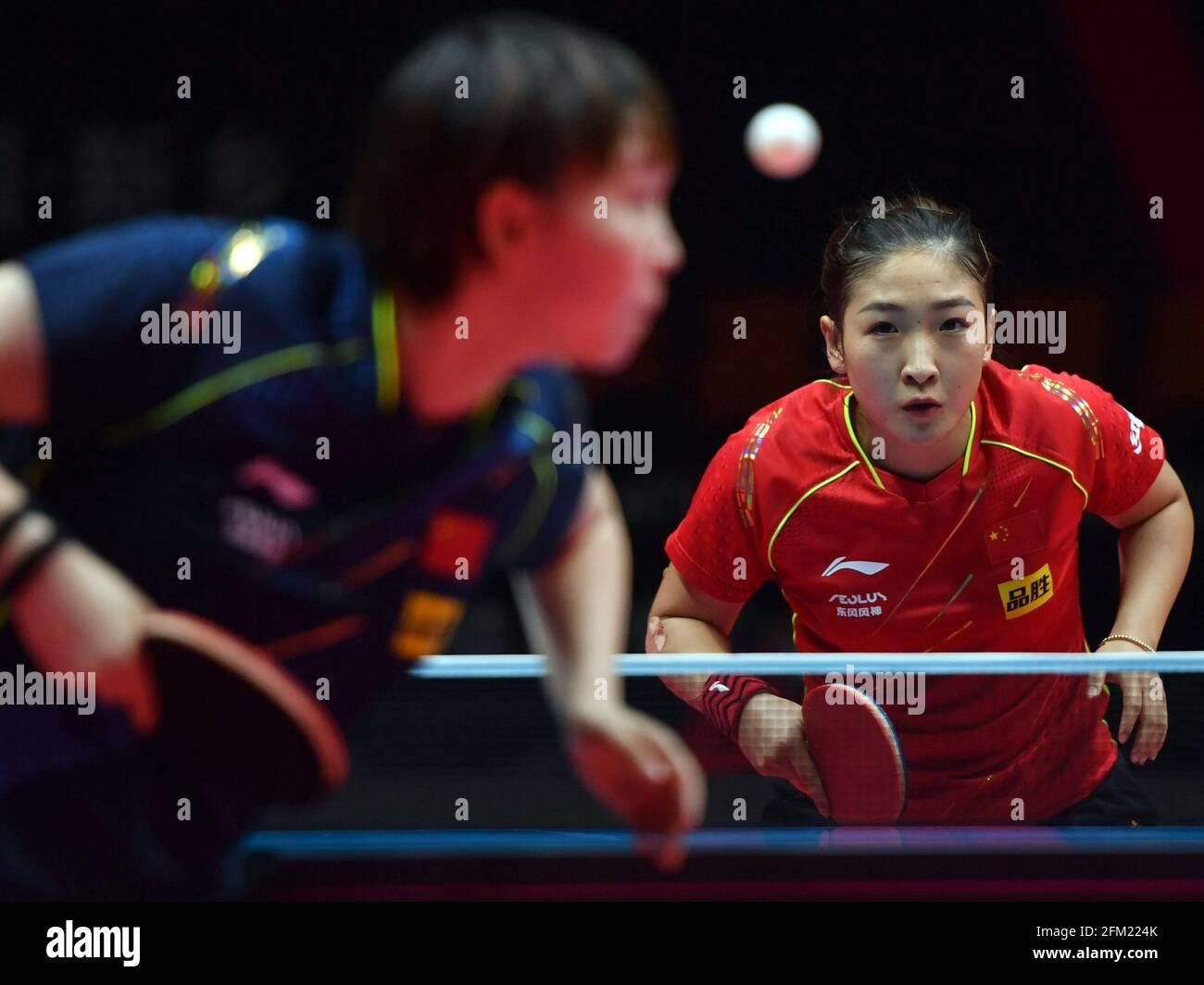 Xinxiang, province chinoise du Henan. 5 mai 2021. Liu Shiwen (R) réagit lors de la quart de finale des femmes contre Zhu Yuling lors des essais de Grand smashes de WTT (World Table tennis) 2021 et de la simulation olympique à Xinxiang, dans la province de Henan, dans le centre de la Chine, le 5 mai 2021. Credit: Li Jianan/Xinhua/Alamy Live News Banque D'Images