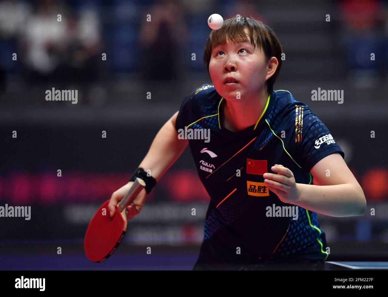 Xinxiang, province chinoise du Henan. 5 mai 2021. Zhu Yuling sert le ballon lors de la quart-finale des femmes célibataires contre Liu Shiwen lors des essais de Grand smashes de WTT (World Table tennis) 2021 et de la simulation olympique à Xinxiang, dans la province de Henan, dans le centre de la Chine, le 5 mai 2021. Credit: Li Jianan/Xinhua/Alamy Live News Banque D'Images