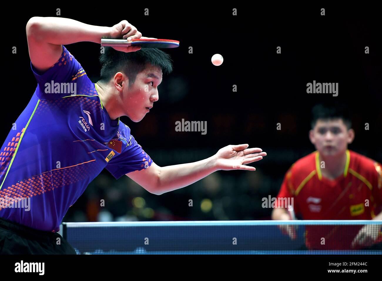Xinxiang, province chinoise du Henan. 5 mai 2021. Fan Zhendong (L) sert le ballon pendant le quart de finale des hommes contre Lin Shidong lors des essais de Grand smashes de WTT (World Table tennis) 2021 et de la simulation olympique à Xinxiang, dans la province de Henan en Chine centrale, le 5 mai 2021. Credit: Li an/Xinhua/Alay Live News Banque D'Images