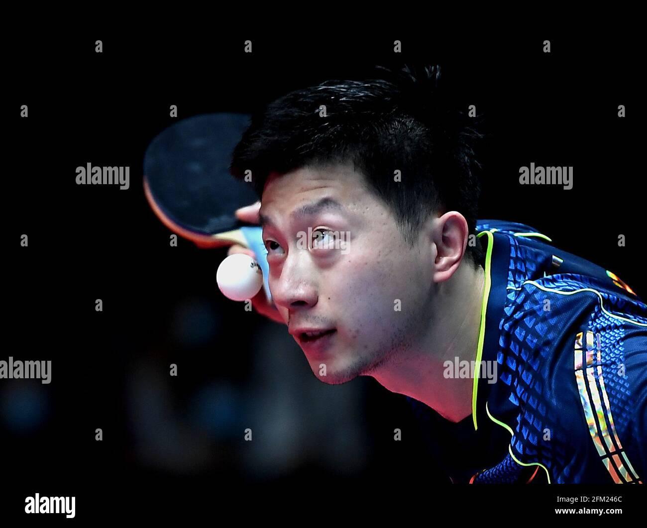 Xinxiang, province chinoise du Henan. 5 mai 2021. Ma long sert pendant le quart de finale des hommes contre Fang Bo lors des essais de Grand smashes de WTT (World Table tennis) 2021 et de la simulation olympique à Xinxiang, dans la province du Henan, dans le centre de la Chine, le 5 mai 2021. Credit: Li Jianan/Xinhua/Alamy Live News Banque D'Images
