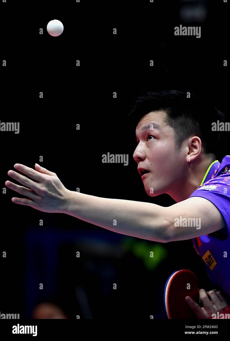 Xinxiang, province chinoise du Henan. 5 mai 2021. Fan Zhendong sert le ballon lors de la quart-finale des hommes contre Lin Shidong lors des essais de Grand smashes de WTT (World Table tennis) 2021 et de la simulation olympique à Xinxiang, dans la province de Henan, dans le centre de la Chine, le 5 mai 2021. Credit: Li an/Xinhua/Alay Live News Banque D'Images