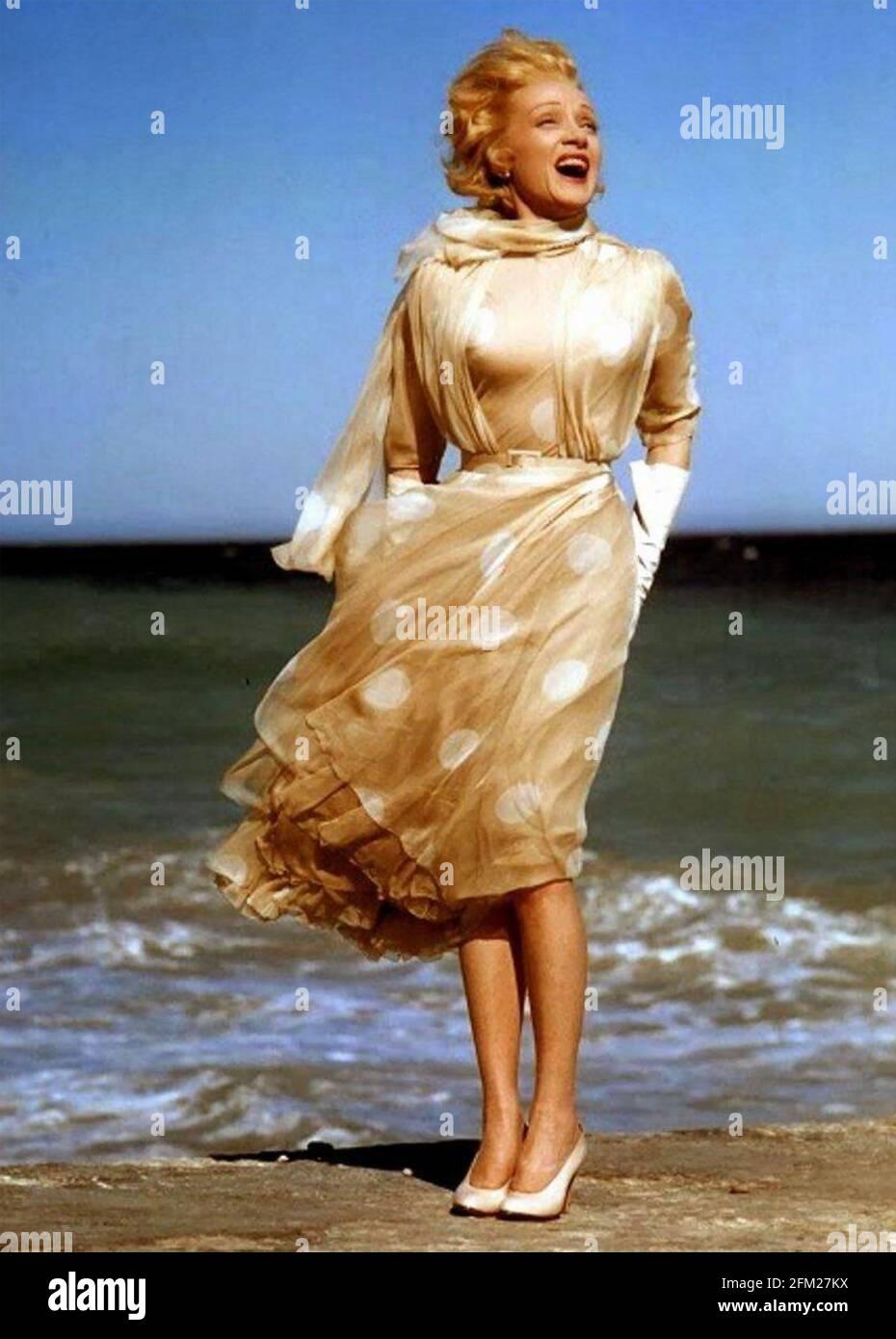 MARLENE DIETRICH (1901-1992) actrice allemande-américaine environ 1965 sur une plage à Cannes. Banque D'Images