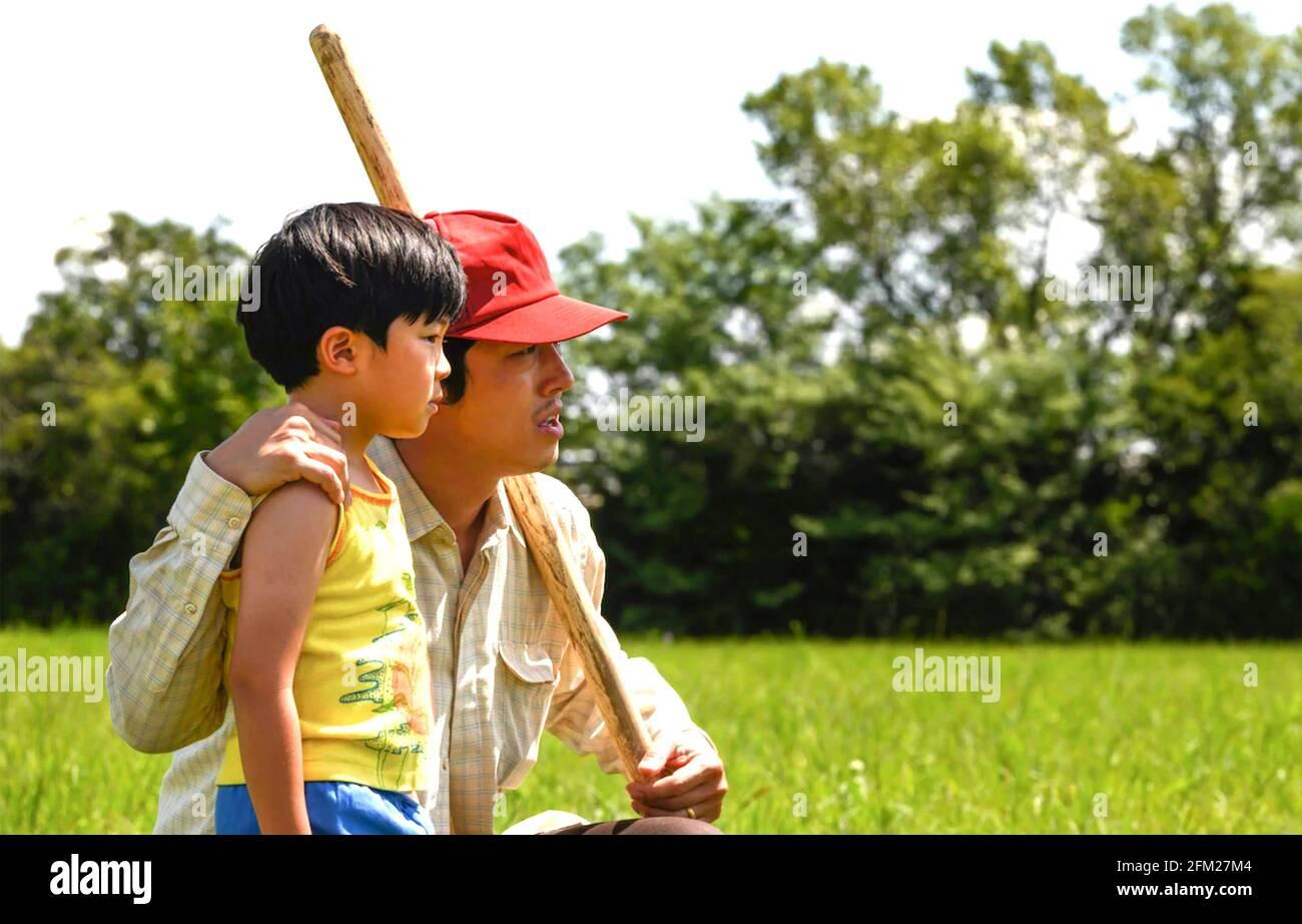 MINARI 2020 A24 film avec Steven Yeun à droite comme Jacob Yi et Alan Kim comme son fils David Banque D'Images