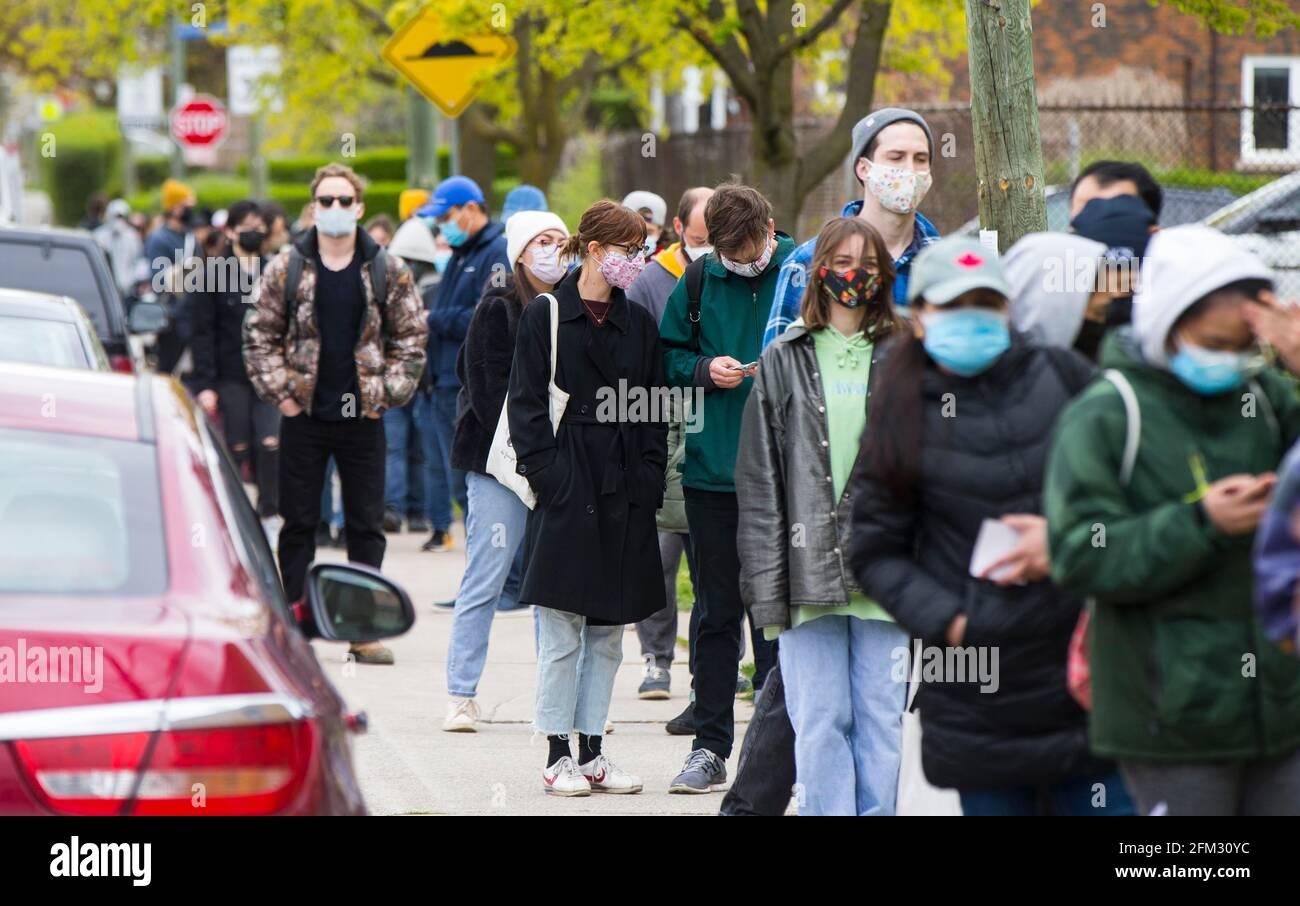 Toronto, Canada. 5 mai 2021. Les personnes portant un masque facial s'alignent pour entrer dans une clinique de vaccination COVID-19 à Toronto, Ontario, Canada, le 5 mai 2021. L'Ontario, la province la plus peuplée du Canada, a signalé 2,941 nouveaux cas de COVID-19 mercredi matin, portant le total cumulatif du pays à 1,252,891 cas, selon CTV. Credit: Zou Zheng/Xinhua/Alamy Live News Banque D'Images