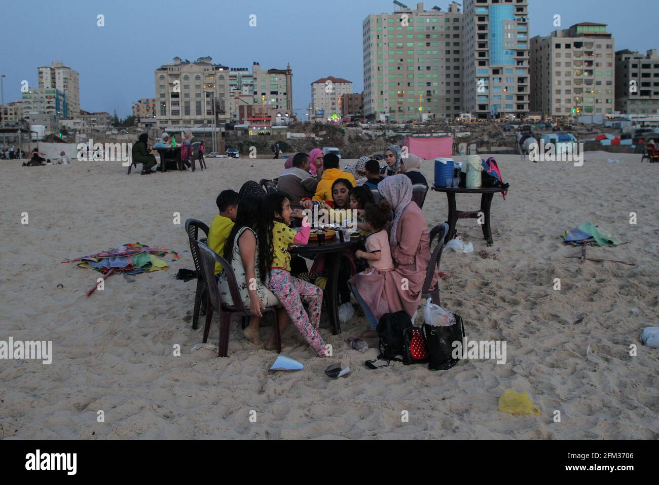 Gaza. 5 mai 2021. Les Palestiniens ont iftar au bord de la mer pendant le mois Saint du Ramadan à Gaza, le 5 mai 2021. Credit: Rizek Abdeljawad/Xinhua/Alamy Live News Banque D'Images
