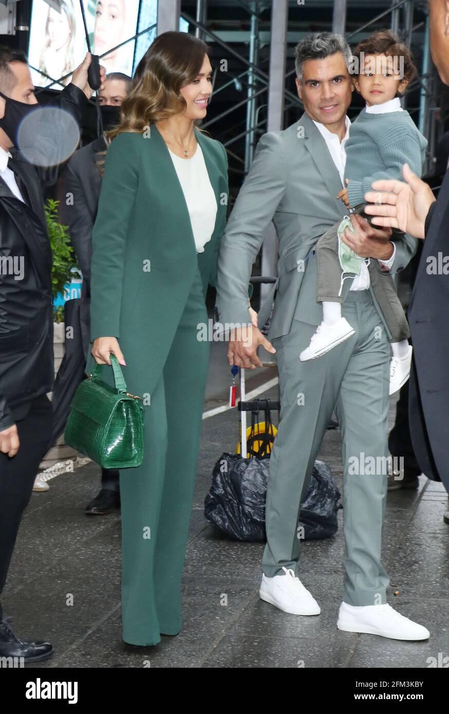New York, NY, États-Unis. 5 mai 2021. Cash Warren avec Jessica Alba et Hayes Warren photographiés pour sonner la cloche d'ouverture à Nasdaq à New York le 05 mai 2021. Crédit : RW/Media Punch/Alamy Live News Banque D'Images