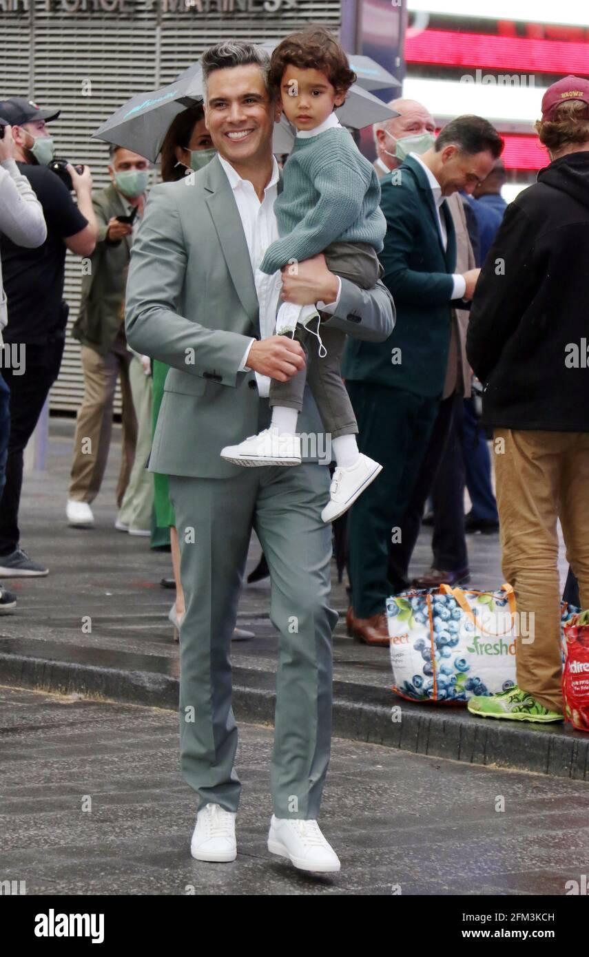 New York, NY, États-Unis. 5 mai 2021. Cash Warren avec Hayes Warren à la compagnie honnête sonne la cloche d'ouverture à Nasdaq à New York le 05 mai 2021. Crédit : RW/Media Punch/Alamy Live News Banque D'Images