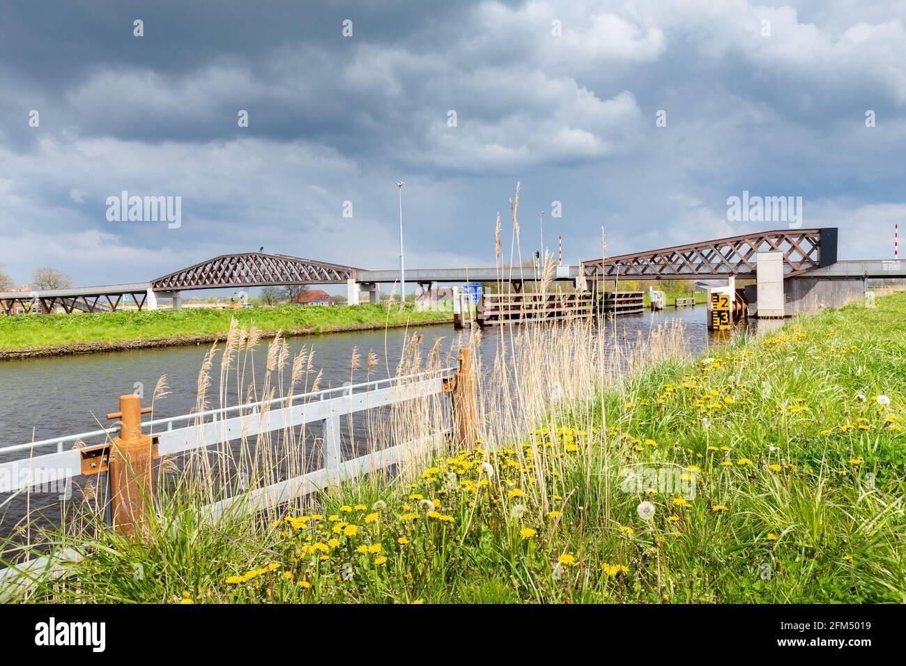 Pont bicycle en bois à Groningen, pays-Bas Banque D'Images