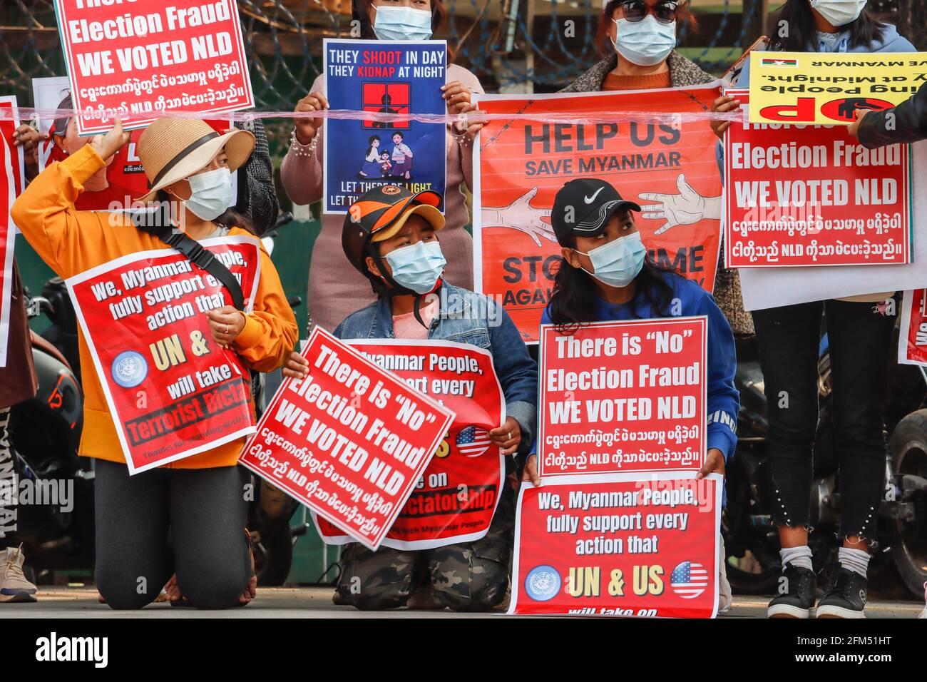 17 février 2021, Lashio, État de Shan Nord, Myanmar : Les manifestants anti-coup d'Etat militaire ont des pancartes qui lisaient « nous avons voté NLD, nous avons besoin de l'aide de l'ONU et des États-Unis » lors d'une manifestation pacifique contre le coup d'Etat militaire. Une foule massive s'est emparée dans les rues de Lashio pour protester contre le coup d'Etat militaire et a demandé la libération d'Aung San Suu Kyi. L'armée du Myanmar a arrêté le conseiller d'État du Myanmar Aung San Suu Kyi le 01 février 2021 et a déclaré l'état d'urgence tout en prenant le pouvoir dans le pays pendant un an après avoir perdu les élections contre la Ligue nationale pour la démocratie (crédit Imag Banque D'Images
