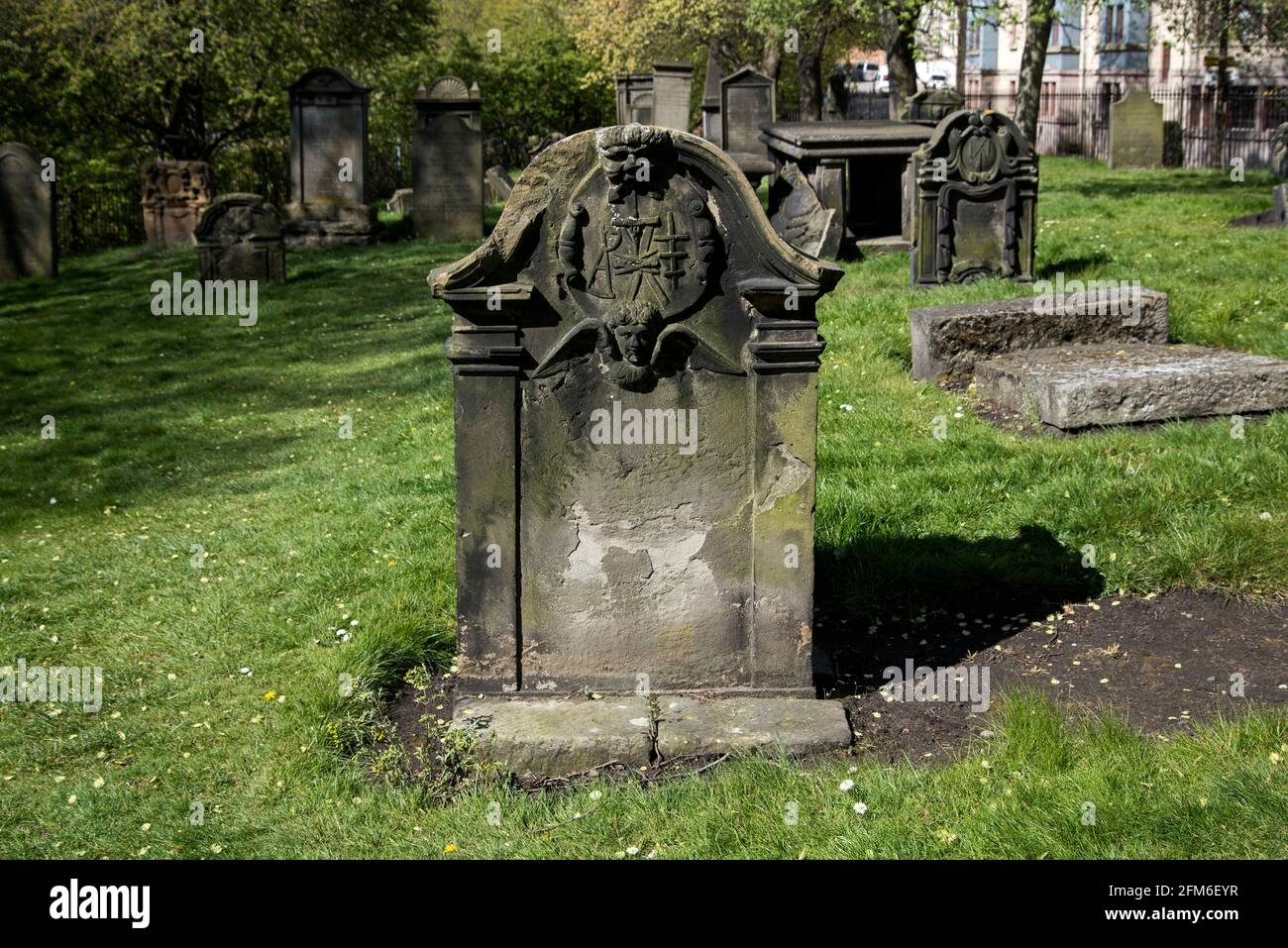 Pierre d'amont du XVIIIe siècle dans le nord de Leith Burial Ground, Édimbourg, Écosse, Royaume-Uni. Banque D'Images